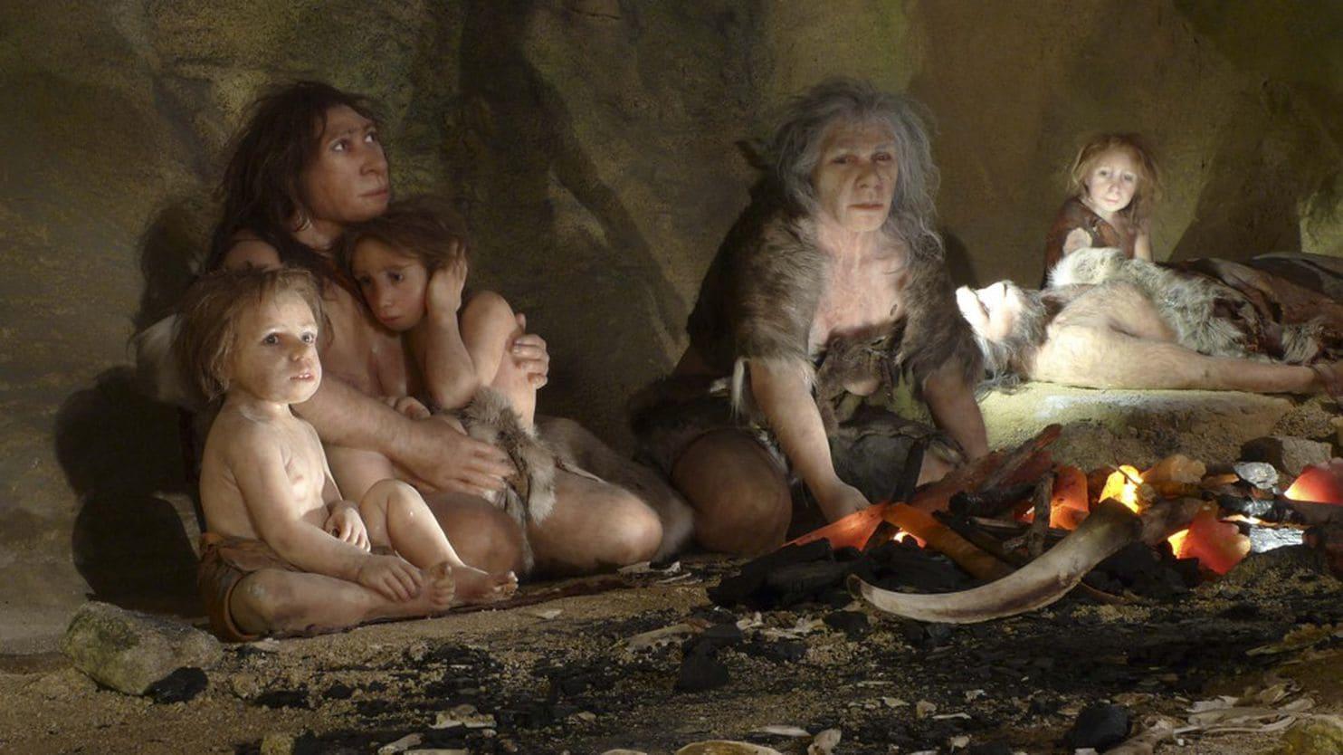 Una familia en una cueva en una exhibición del Museo Neandertal de Croacia (Reuters)