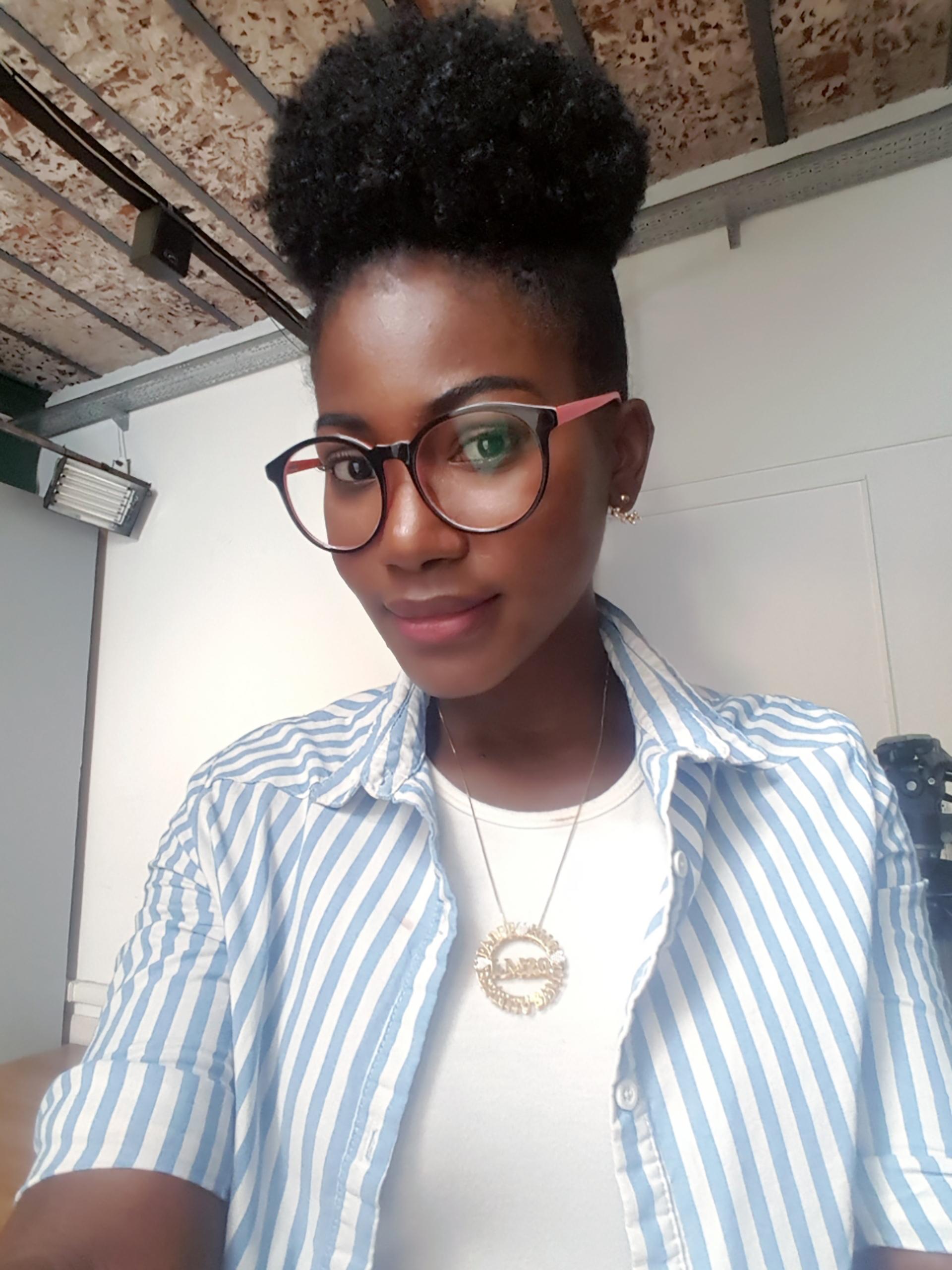 Lisa María Montaño llegó a la Argentina proveniente de Cali. Recibida de periodista en 2017, es modelo publicitaria y referente afro.