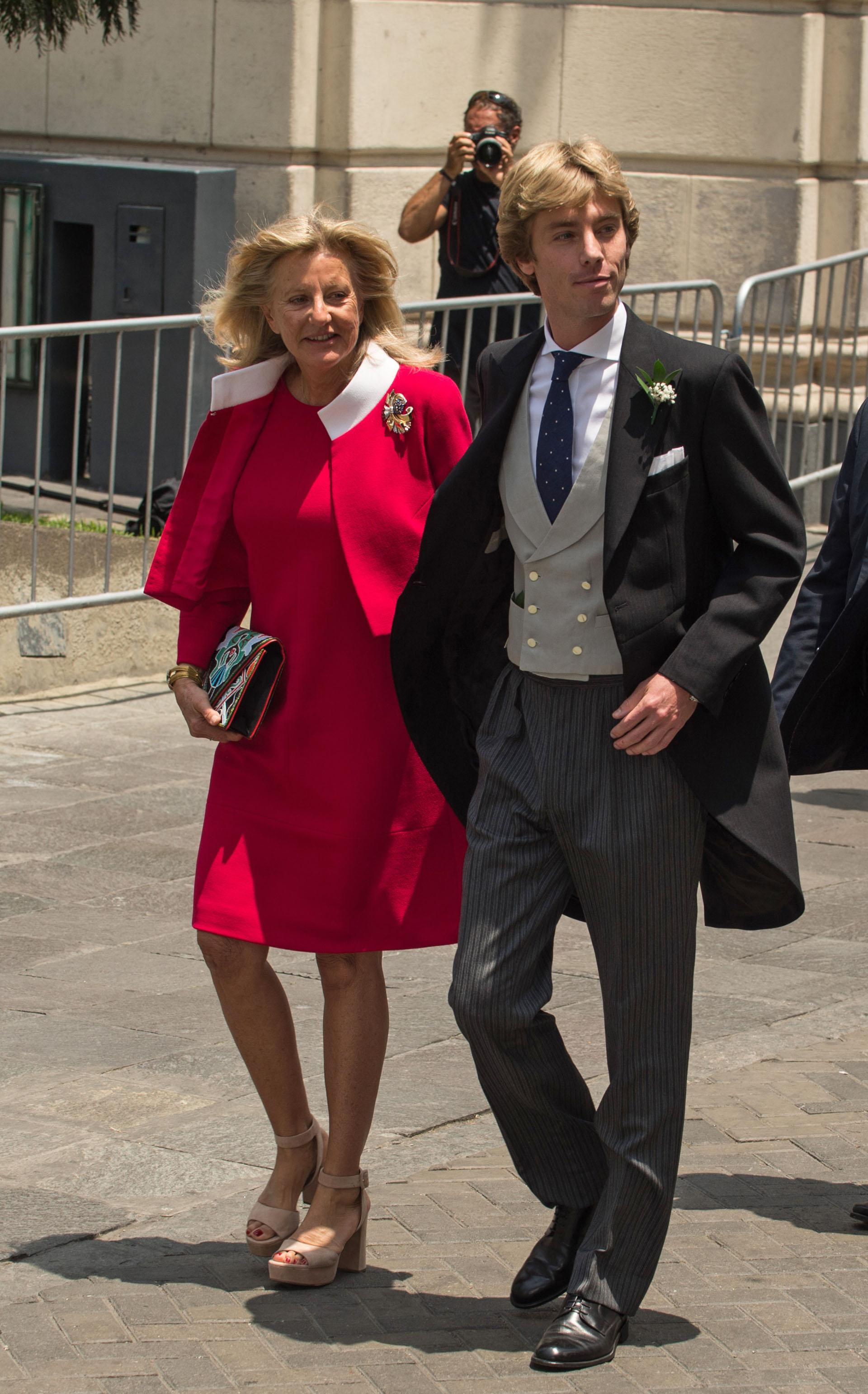 El novio junto a su madre, la heredera suiza Chantal Hochuli, minutos antes de la llegada de su novia