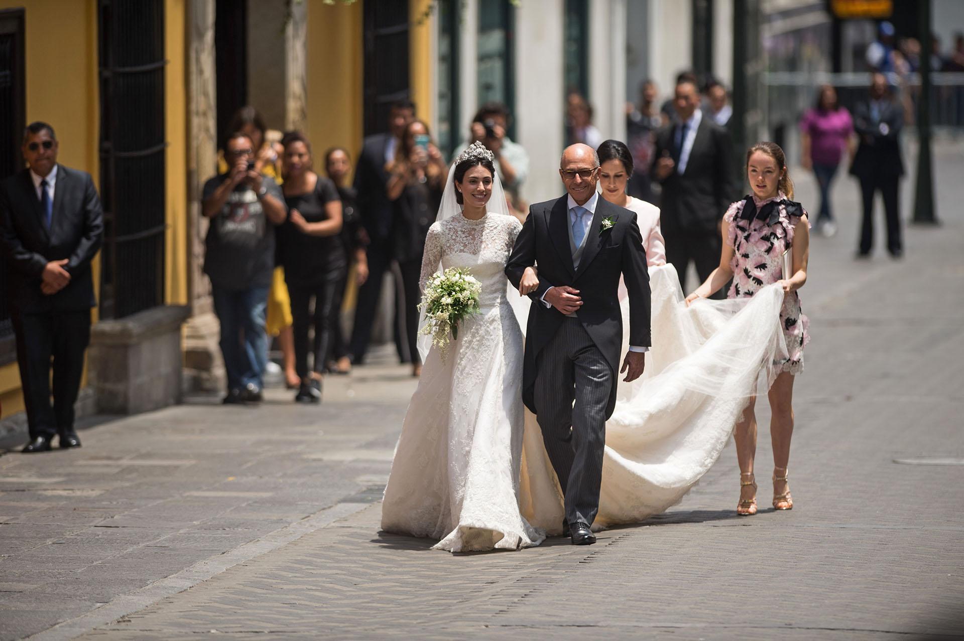 Alessandra Osma, de la mano de su padre el empresario peruano Felipe Osma, antes de llegar al altar de la iglesia de San Pedro. Alexander Hannover, quien es hija de Carolina de Mónaco y Ernest Hanover, ofició de dama de honor.