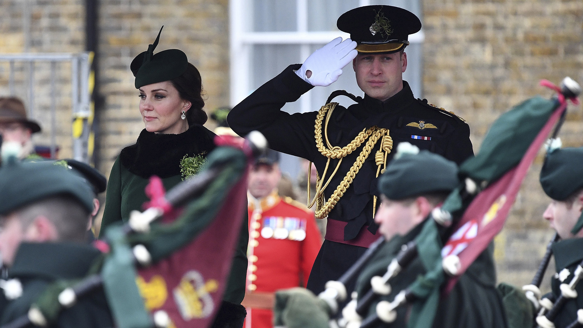 El príncipe con su vestimenta protocolar para los actos festivos a cargo de la guardia irlandesa