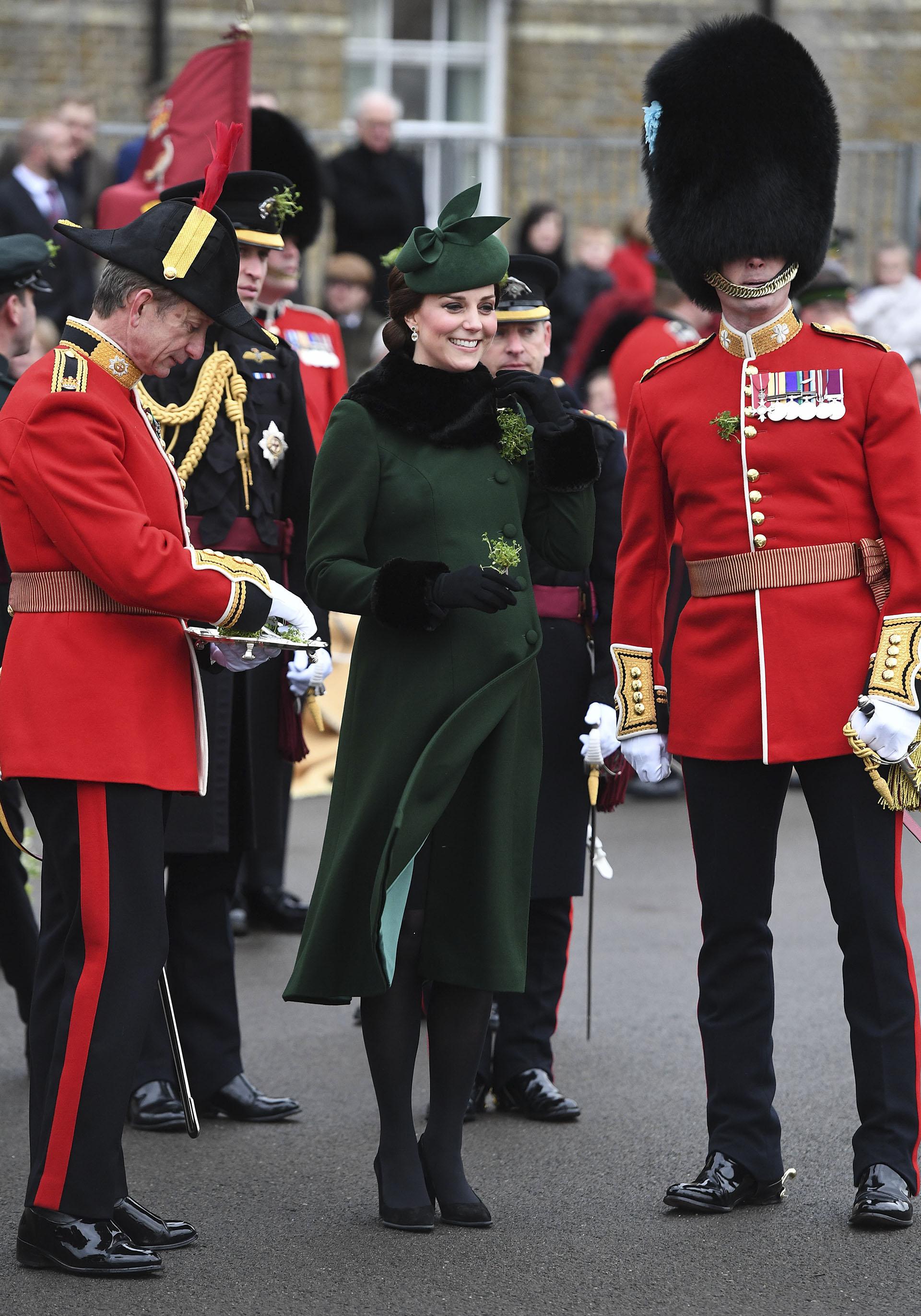 El elegante total look verde lo completó con detalles de piel en puño y cuello, para afrontar las bajas temperaturas
