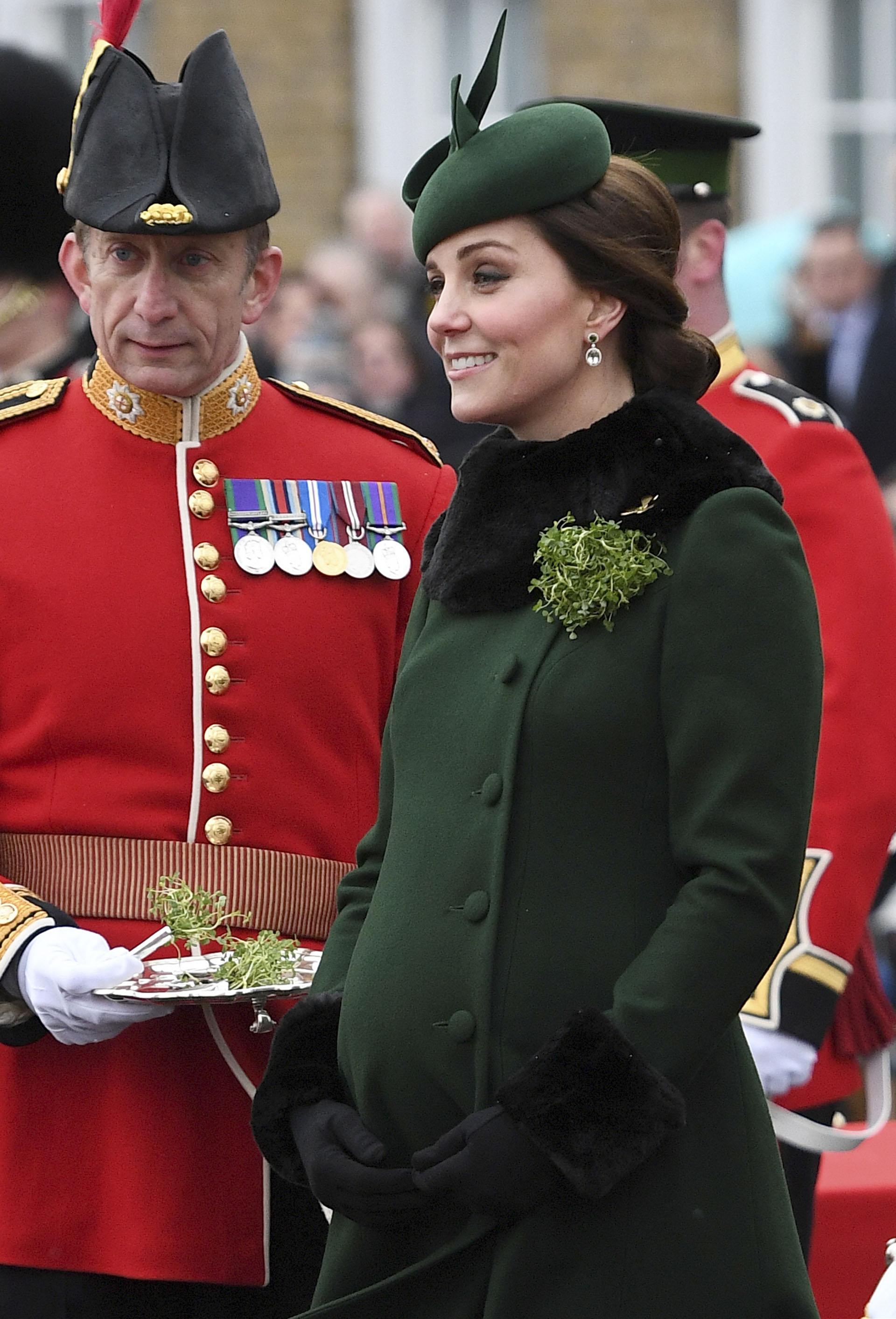 Siguiendo la línea festiva, la duquesa de Cambrigde, se inclinó por el color verde botella, tonalidad de la celebración. Un outfit que lució en su reciente gira por Suecia