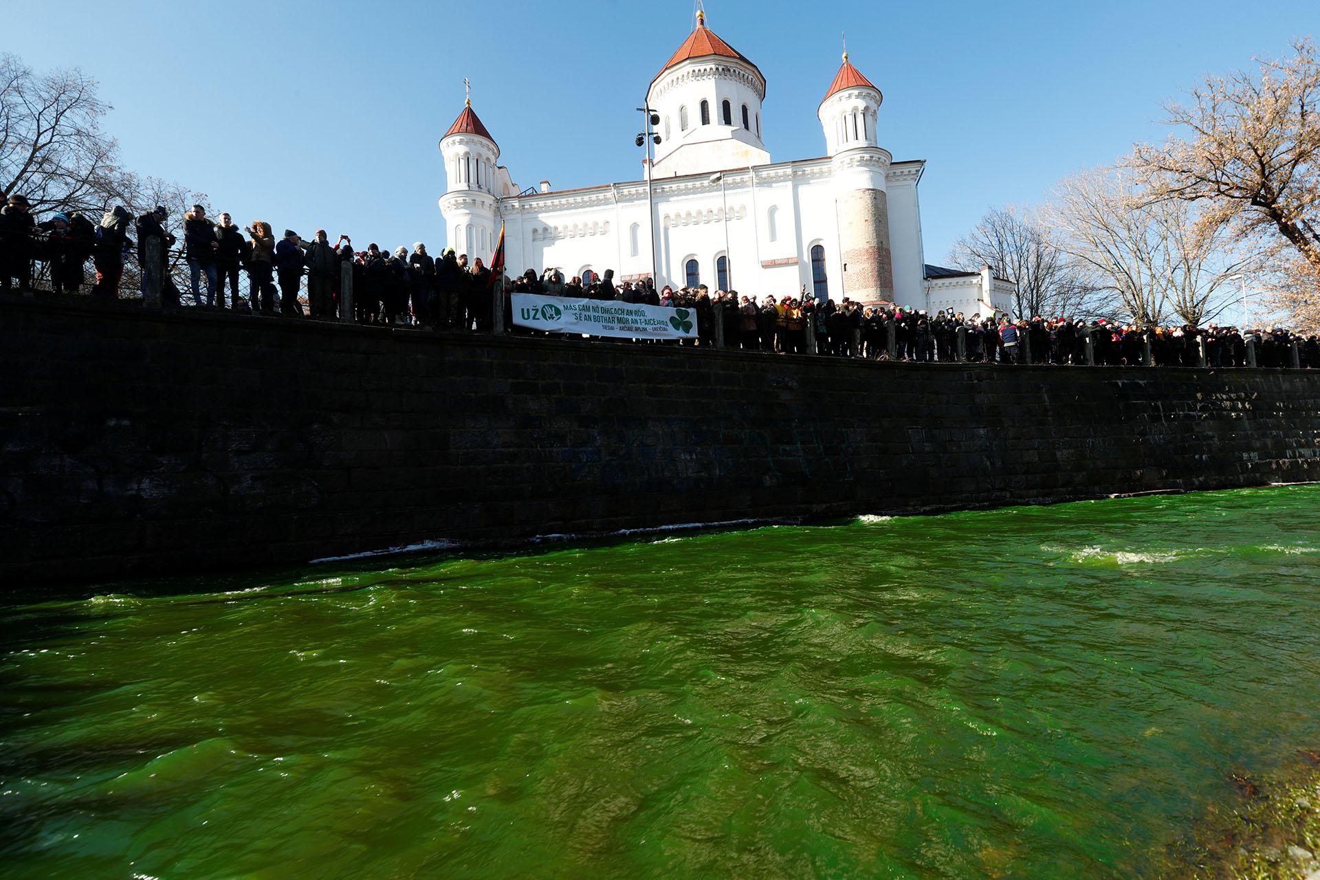 El ríoVilnelese puso verde en Vilnius, Lituania (REUTERS/Ints Kalnins)