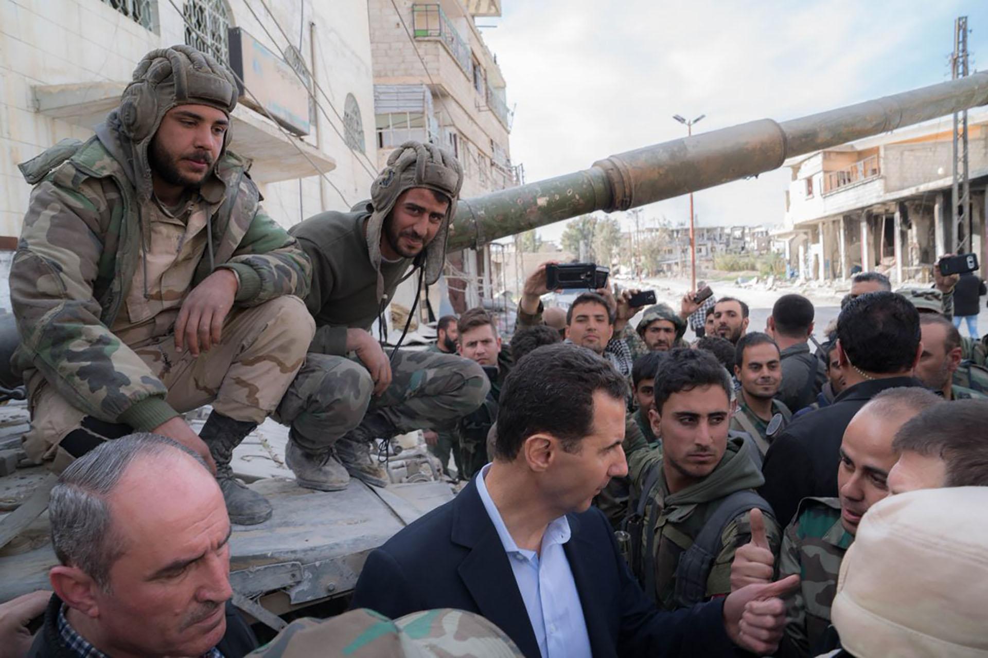 El dictador Bashar al Assad junto a sus tropas