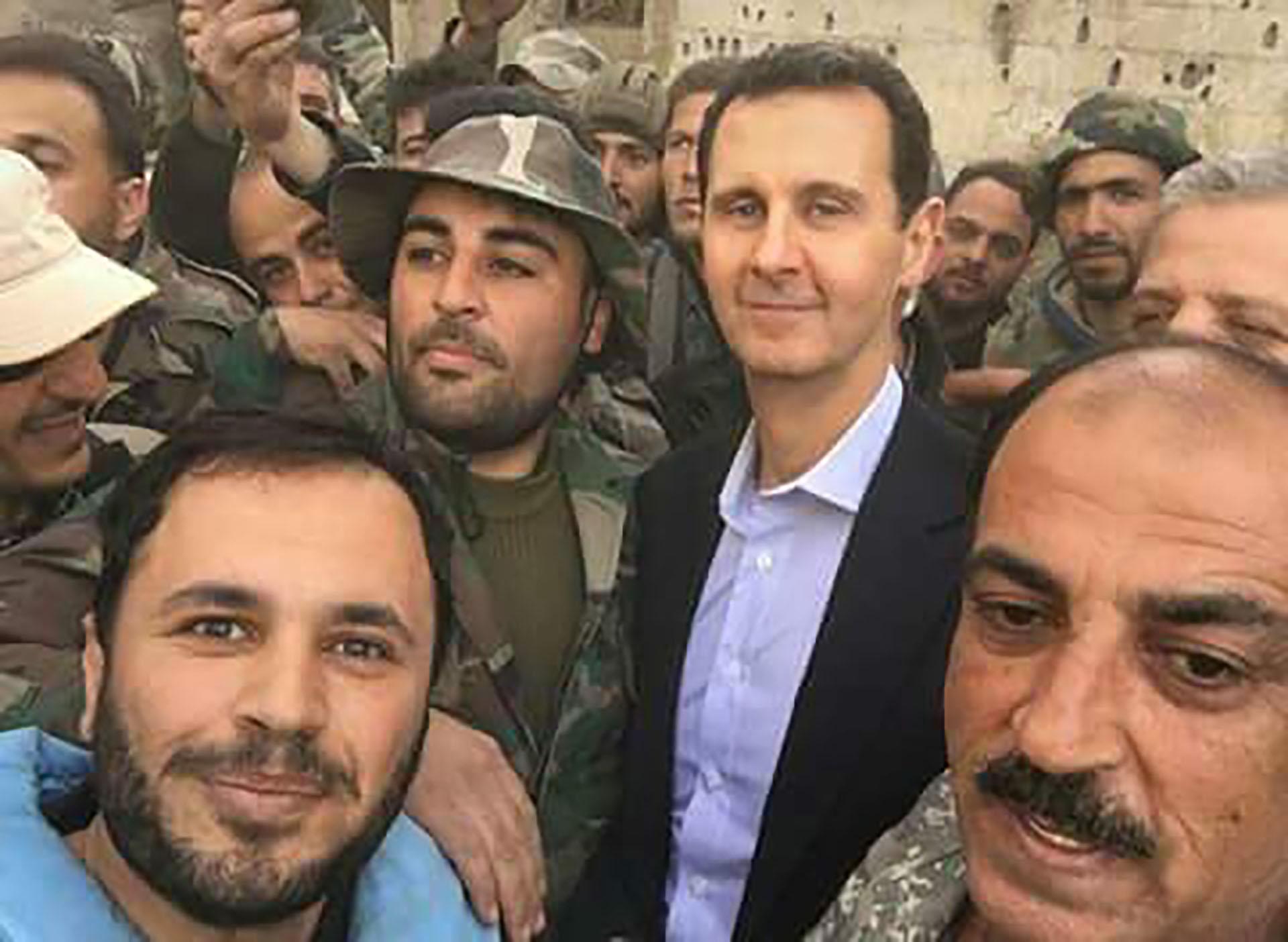 El dictador Bashar al Assad juntos a sus tropas