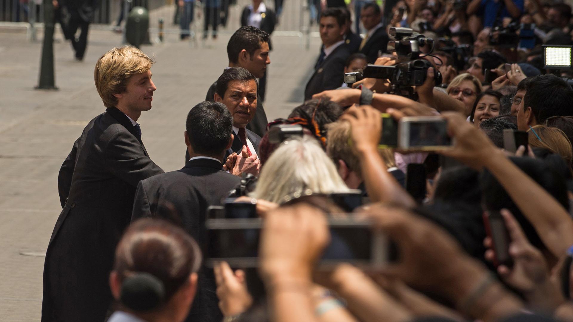 Los príncipes saludando a la prensa y a los curiosos que rodearon las calles aldedañas