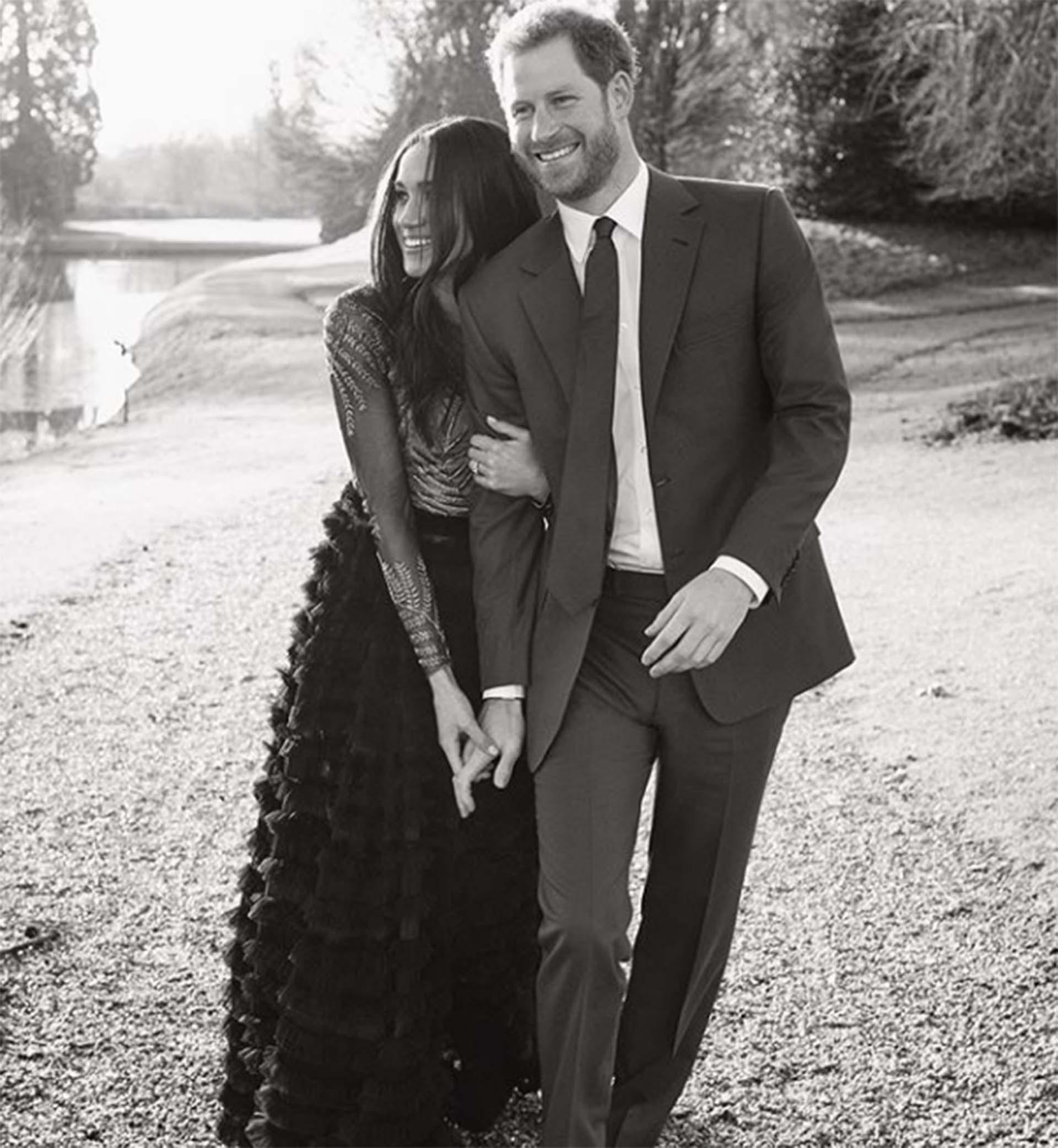 Parte de la serie en blanco y negro, ella vistió un vestido de Ralph & Russo de alta costura, la misma firma británica que la vestiría el día de la boda