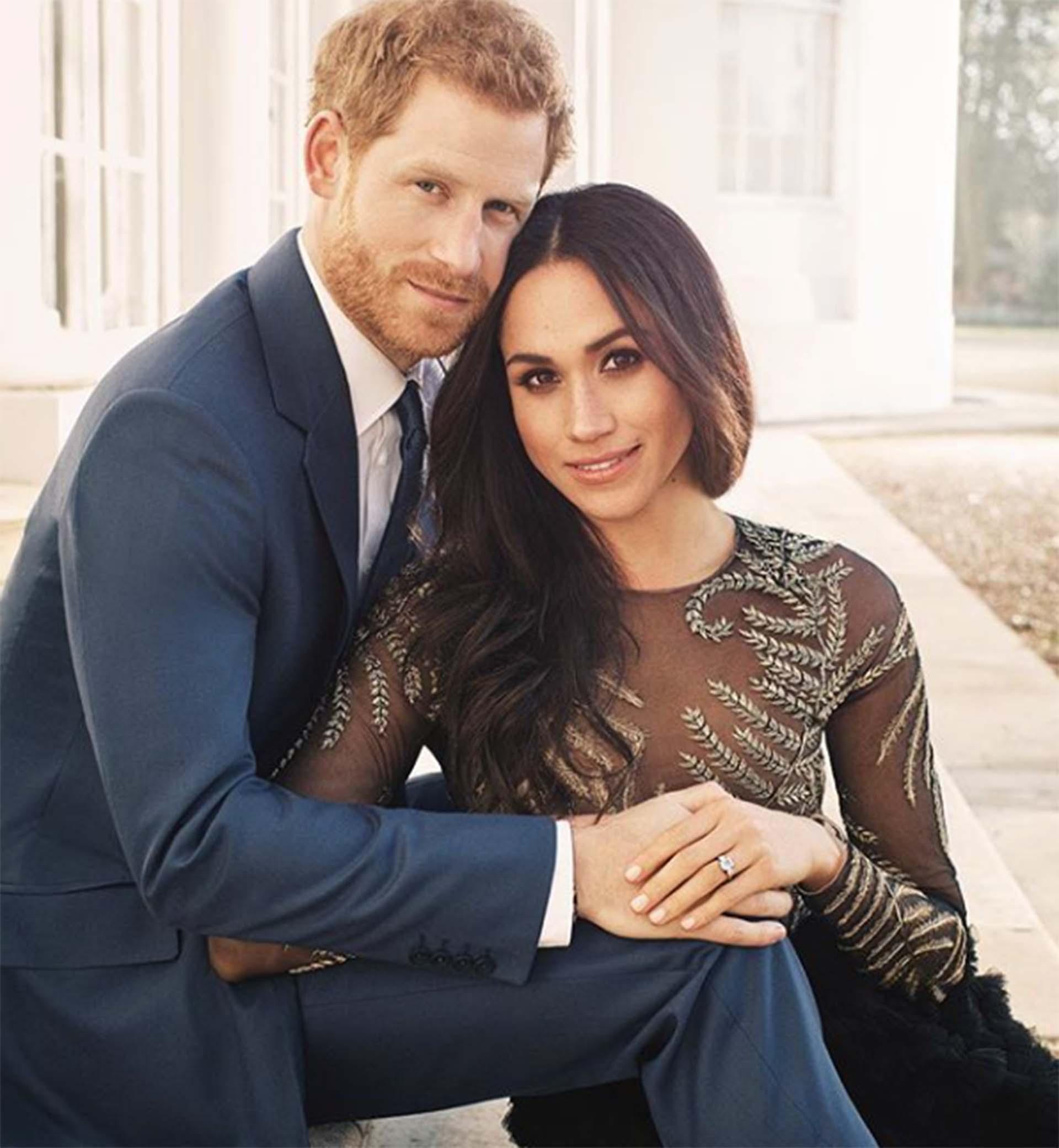 Luego llegaron las fotos oficiales del compromiso que se difundieron el 21 de diciembre de 2017. Un clásico de la realeza, los novios posaron en los jardines de Palacio Kensington, la serie fue tomada por Alexi Lubomirski, quién oficiará de fotógrafo de boda el 19 de mayo