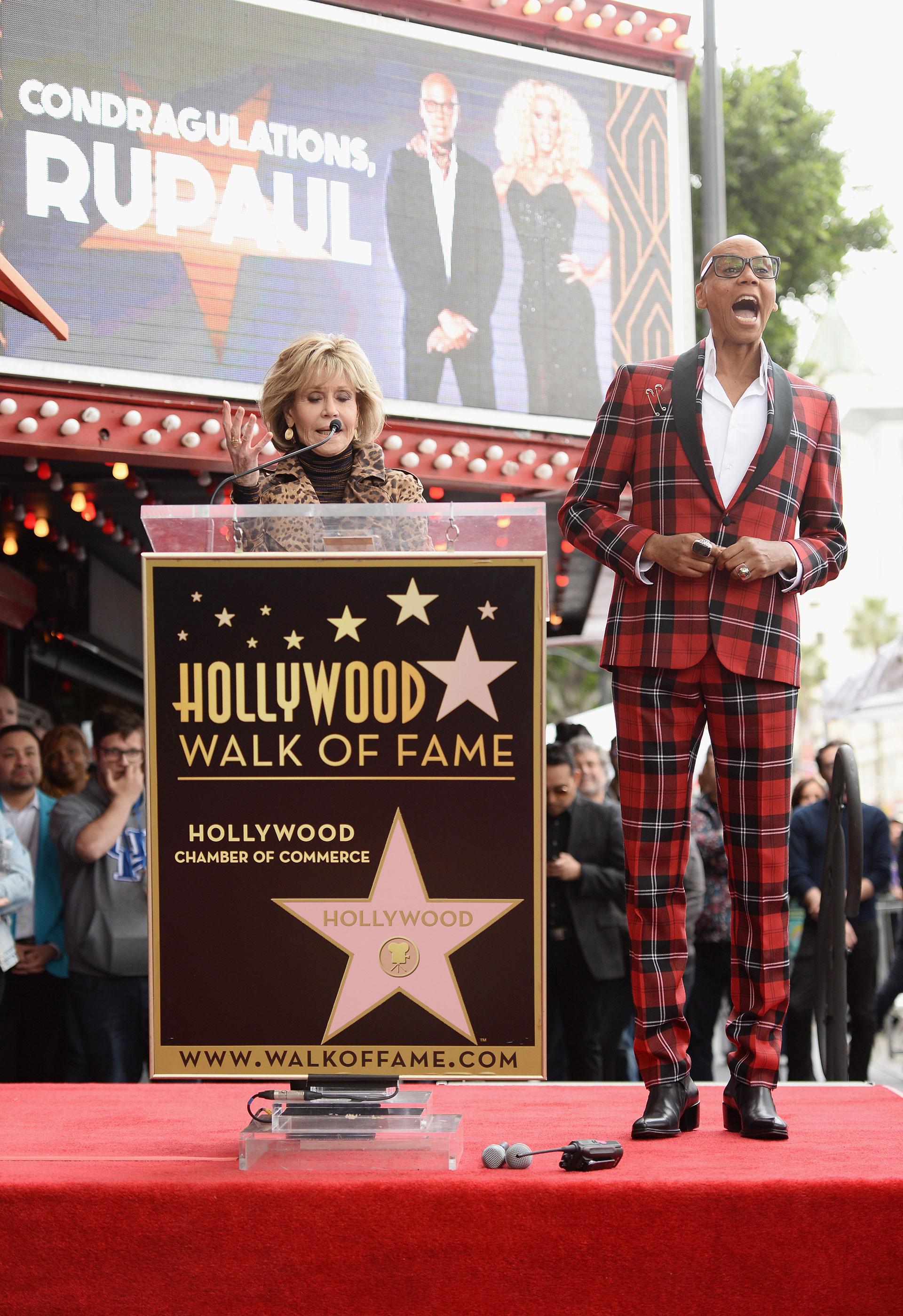 La leyenda de Hollywood -Jane Fonda- fue la encargada de presentar al artista minutos antes de descubrir 'la estrella'
