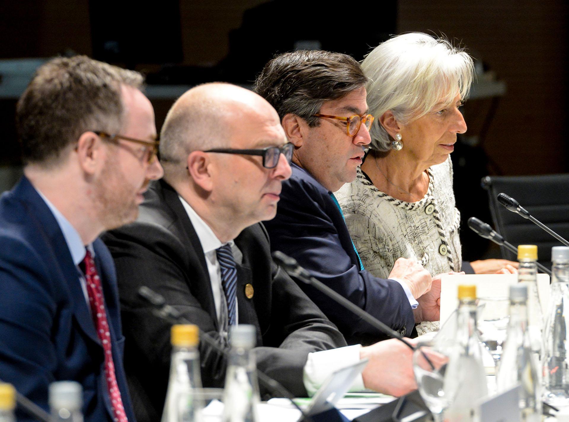 De derecha a izquierda: Christine Lagarde (derecha), directora del Fondo Monetario Internacional; Luis Alberto Moreno, presidente del Banco Interamericano de Desarrollo; y Roberto Cardarelli, economista jefe de la misión del Fondo para América Latina