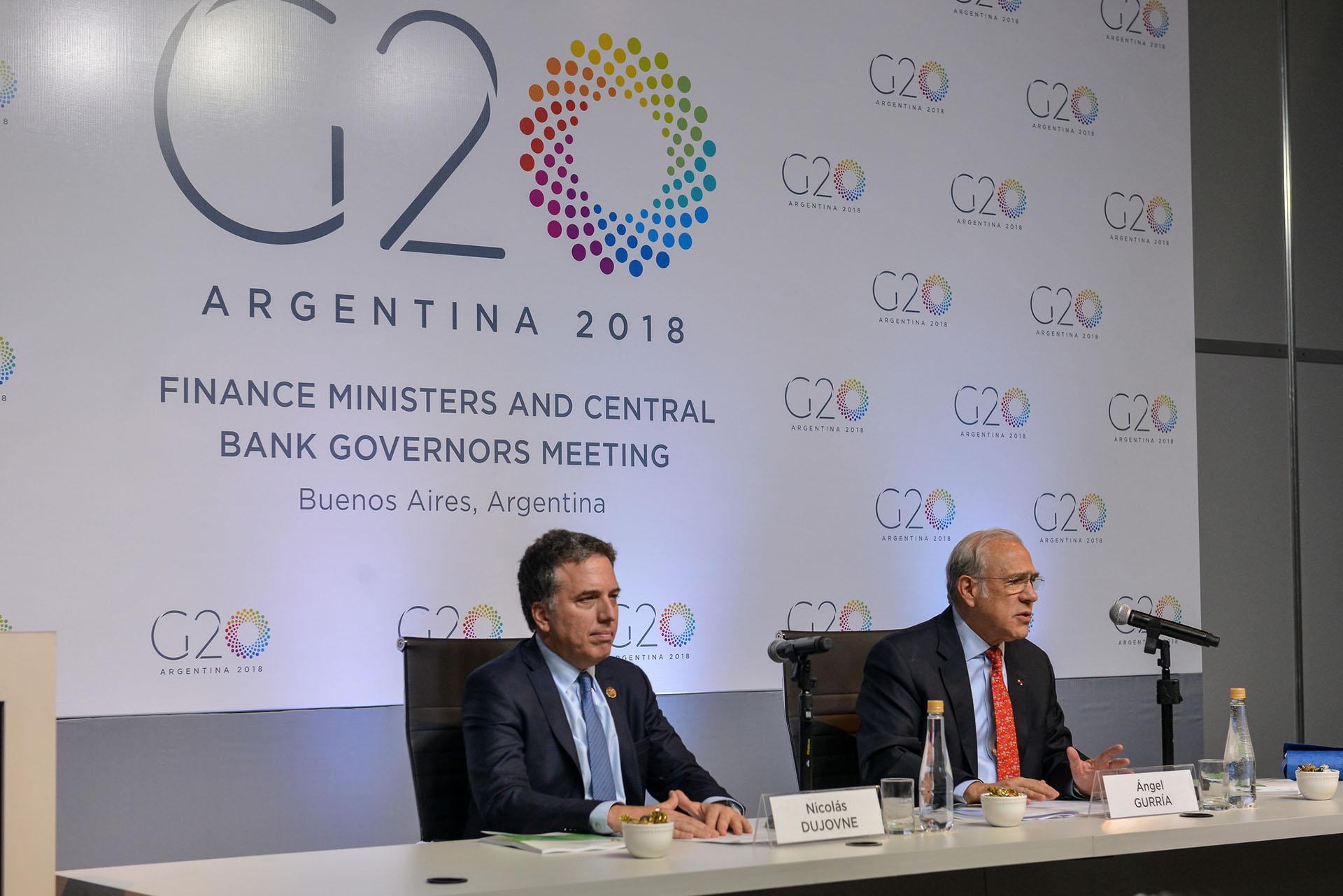 Nicolás Dujovne, ministro de Hacienda argentino, y Ángel Gurría, secretario general de la OCDE