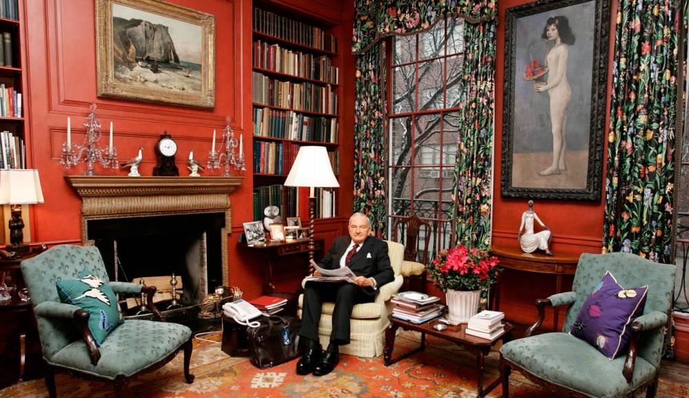 David Rockefeller, rodeado de varios de los objetos que ahora se subastarán