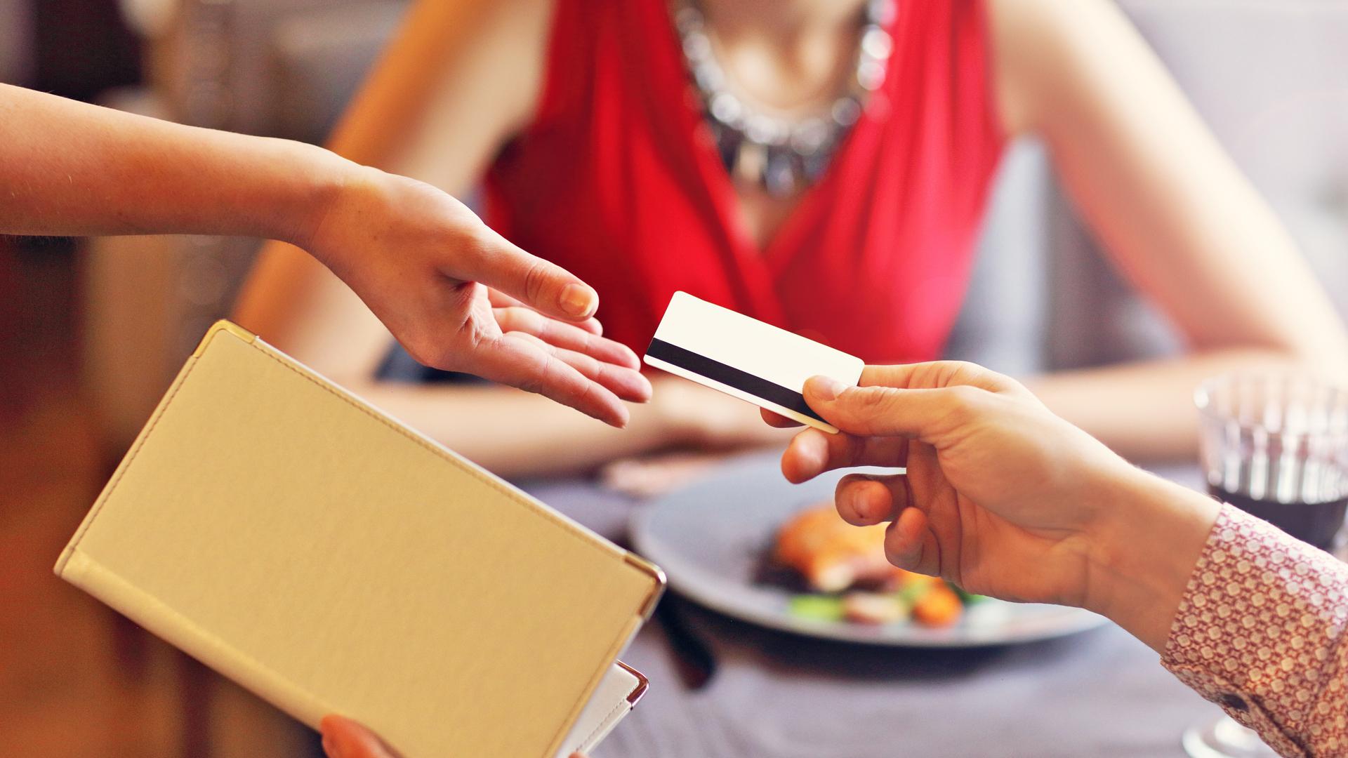 Está prohibido realizar un cargo extra si el comensal paga con tarjeta de débito
