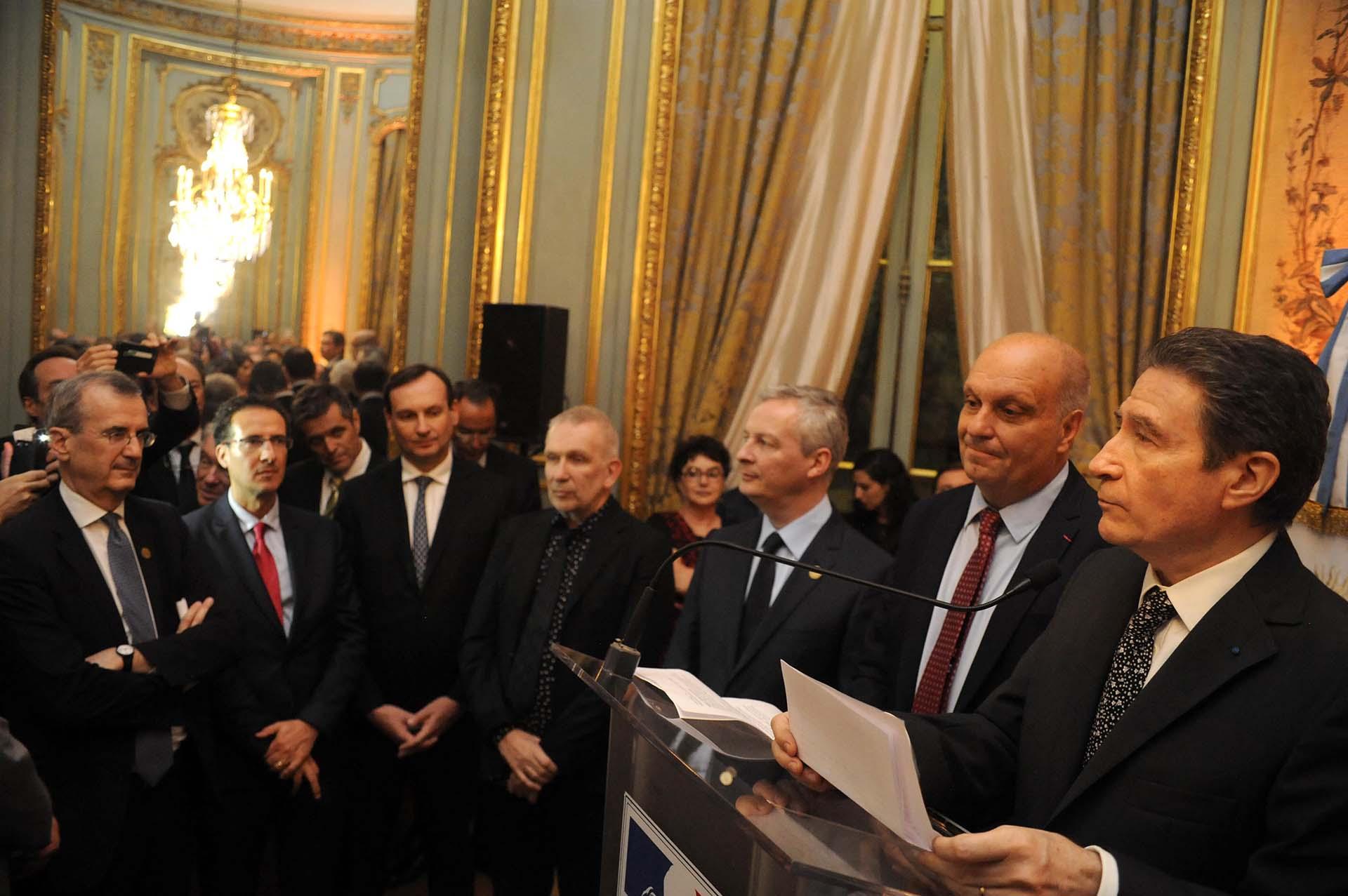 Al centro, los dos agasajados en la recepción que tuvo lugar en la Embajada de Francia: el diseñador francés Jean Paul Gaultier, y el ministro de Finanzas de Francia, Bruno Le Maire. Frente al atril, Hernán Lombardi (Sistema Federal de Medios) y el anfitrión, Pierre-Henri Guignard, embajador de Francia en la Argentina