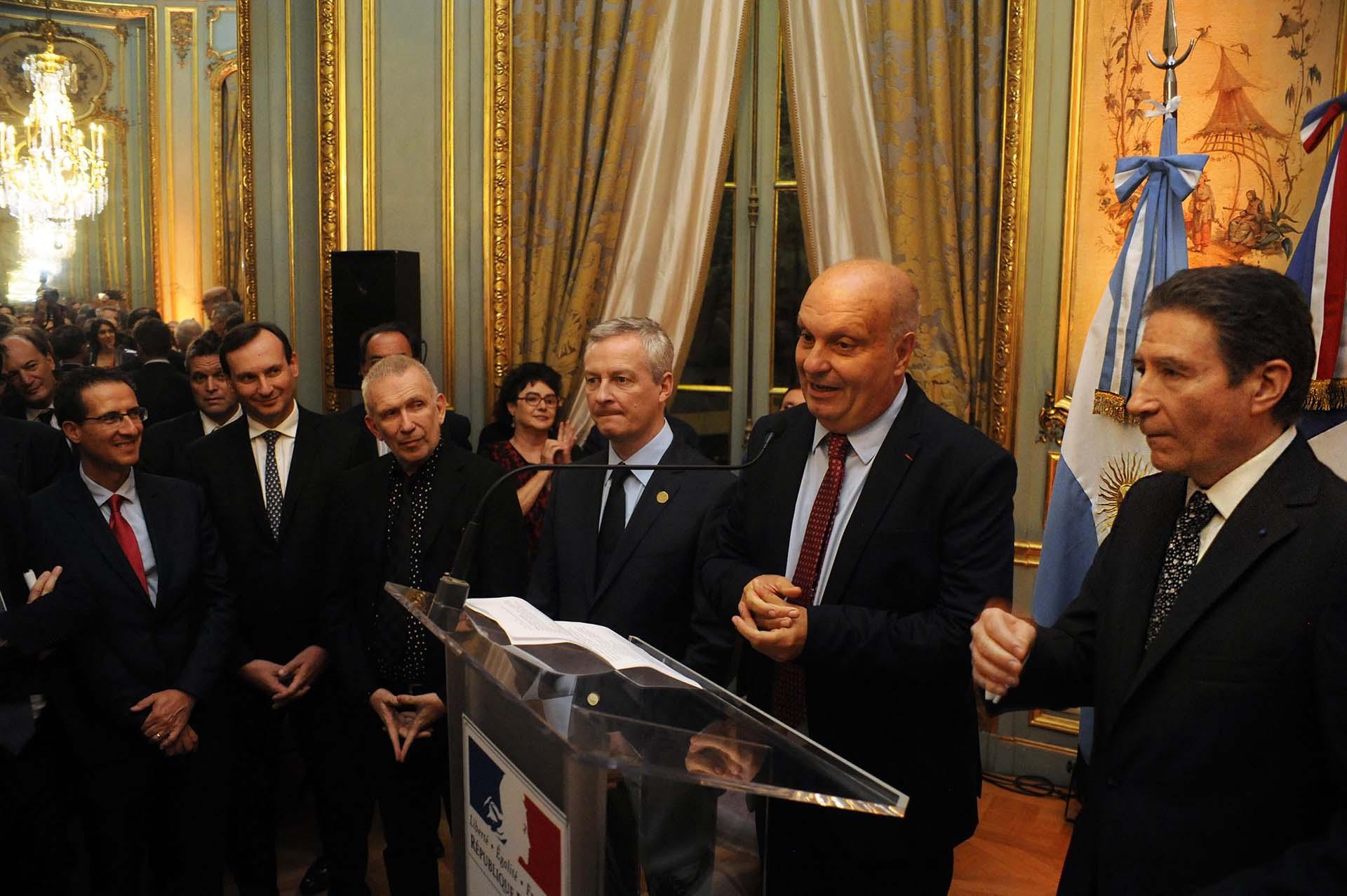 Al centro, Jean Paul Gaultiery el ministro de Finanzas de Francia, Bruno Le Maire. Hernán Lombardi y elembajador Pierre-Henri Guignardpresidieron la velada