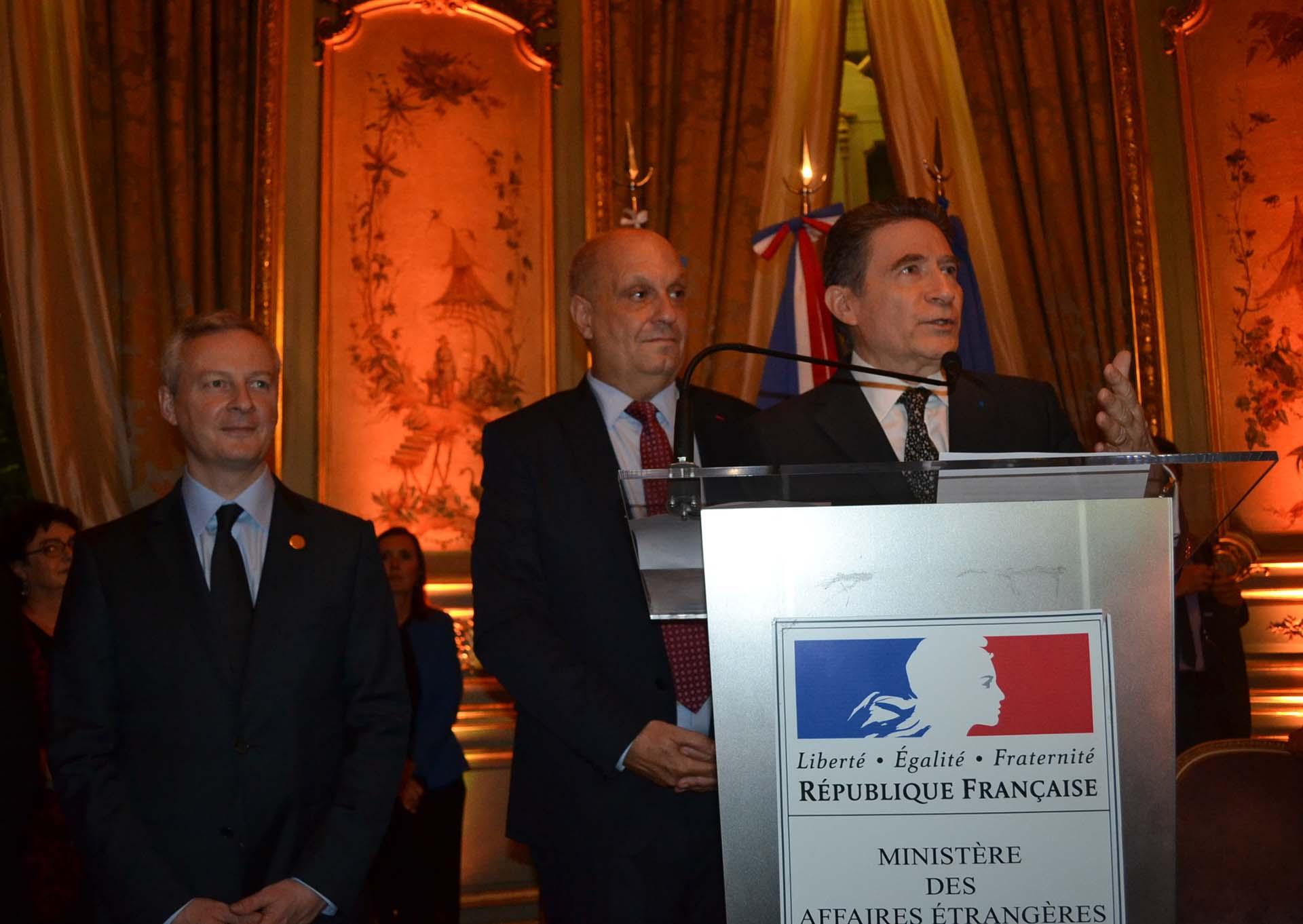 El embajador de Francia, Pierre-Henri Guignard, da la bienvenida a los invitados a la recepción en honor a Bruno Le Maire (a la izquierda en la foto), ministro de Finanzas de Francia, presente en nuestro país para participar de la Cumbre de ministros de Finanzas del G20