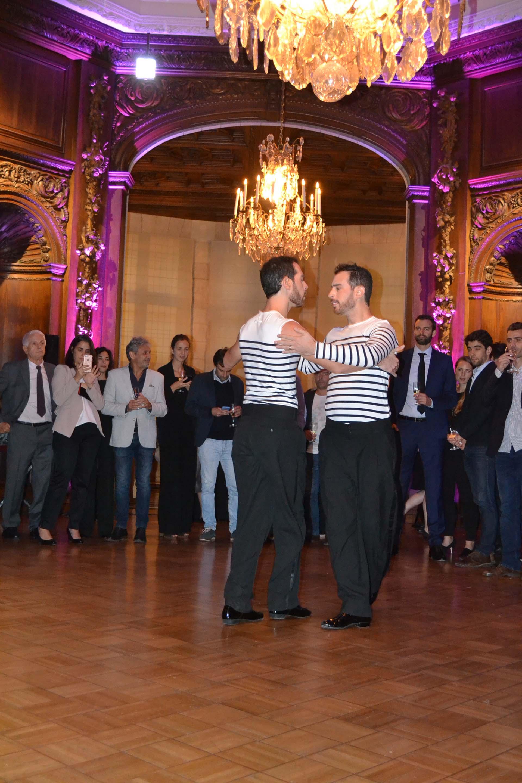 """""""Tangaultier"""": dos modelos vestidos con la icónica camiseta a rayas de Gaultier bailaron tango en uno de los salones del Palacio Basualdo, elegante sede de la Embajada de Francia en Argentina"""
