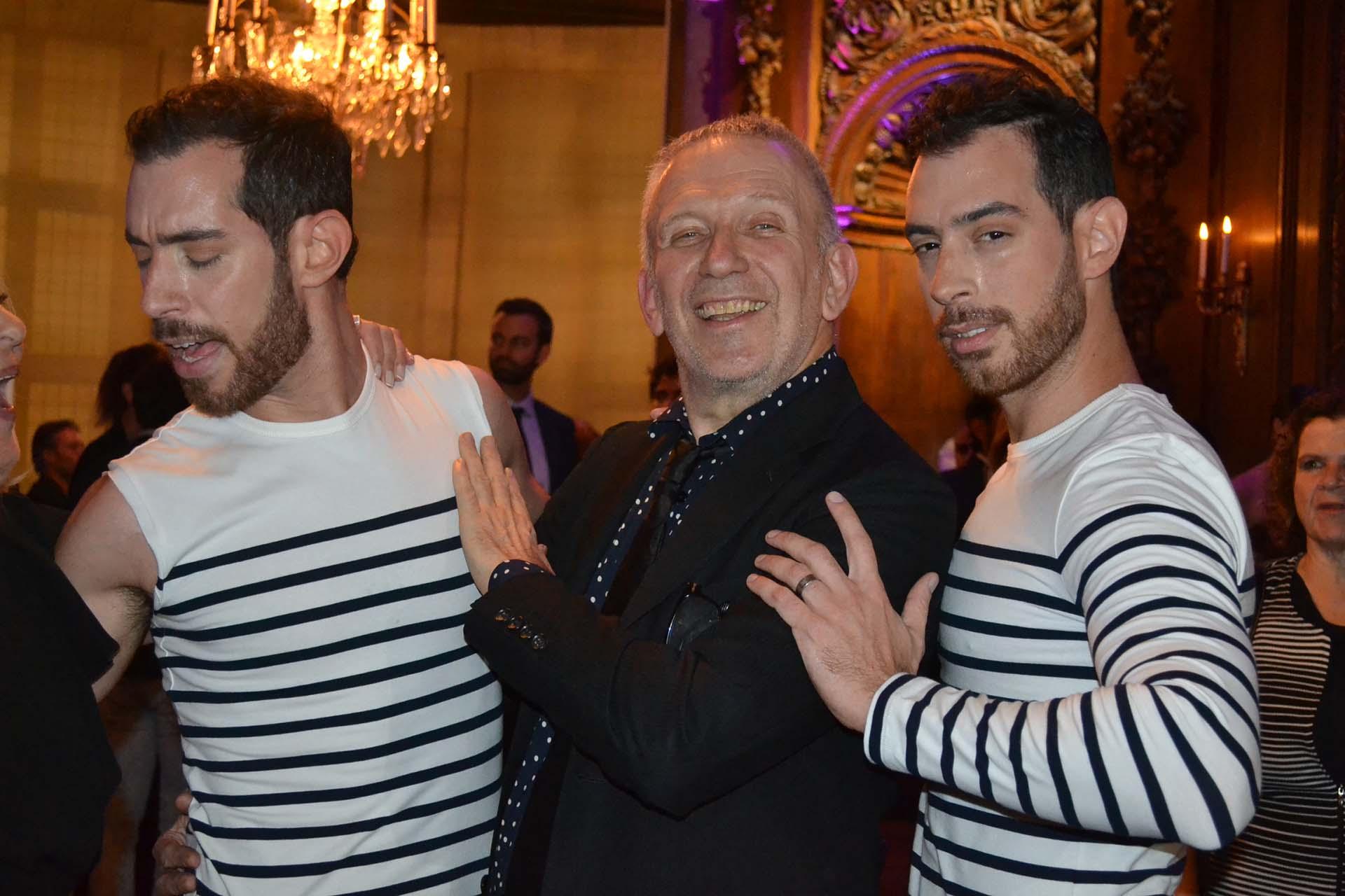 Jean Paul Gaultier con sus modelos bailarines