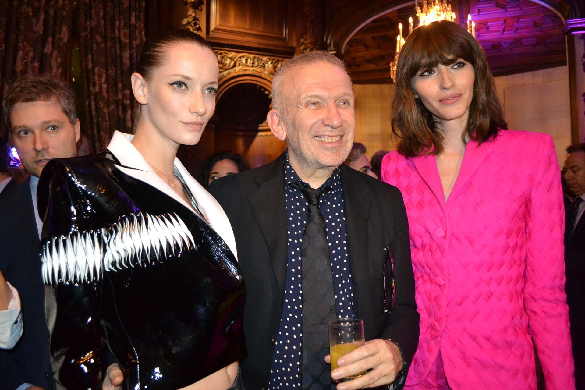 """El diseñador francés Jean-Paul Gaultier vino a la Argentina para exponer en el CCK sus diseños de trajes de boda, en la muestra """"Amor es amor"""". Aquí, posando con dos de sus modelos."""