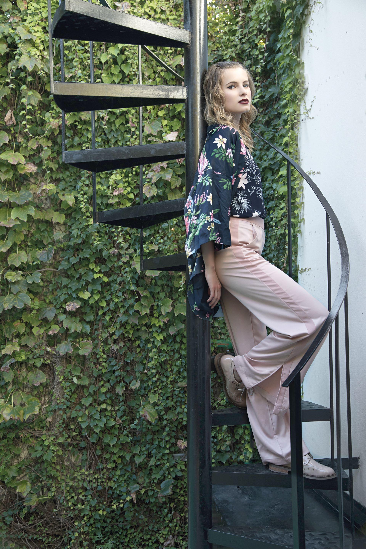Kimono corto estampado ($1.990, Basement), camisa de satén estampada ($1.699, Ted Bodin), pantalón ancho de raso ($1.580, Ríe) y abotinados de charol ($2.490, Viamo)