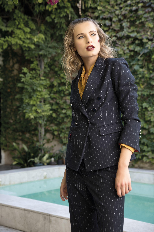 Saco y pantalón a rayas ($6.600 y $3.600, Carmela Achaval) y camisa con volados de encaje en el frente ($3.550, Naíma)