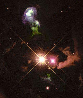 Las nubes verdes alrededor de las estrellas son un ejemplo de los objetos de Herbig-Haro (NASA)