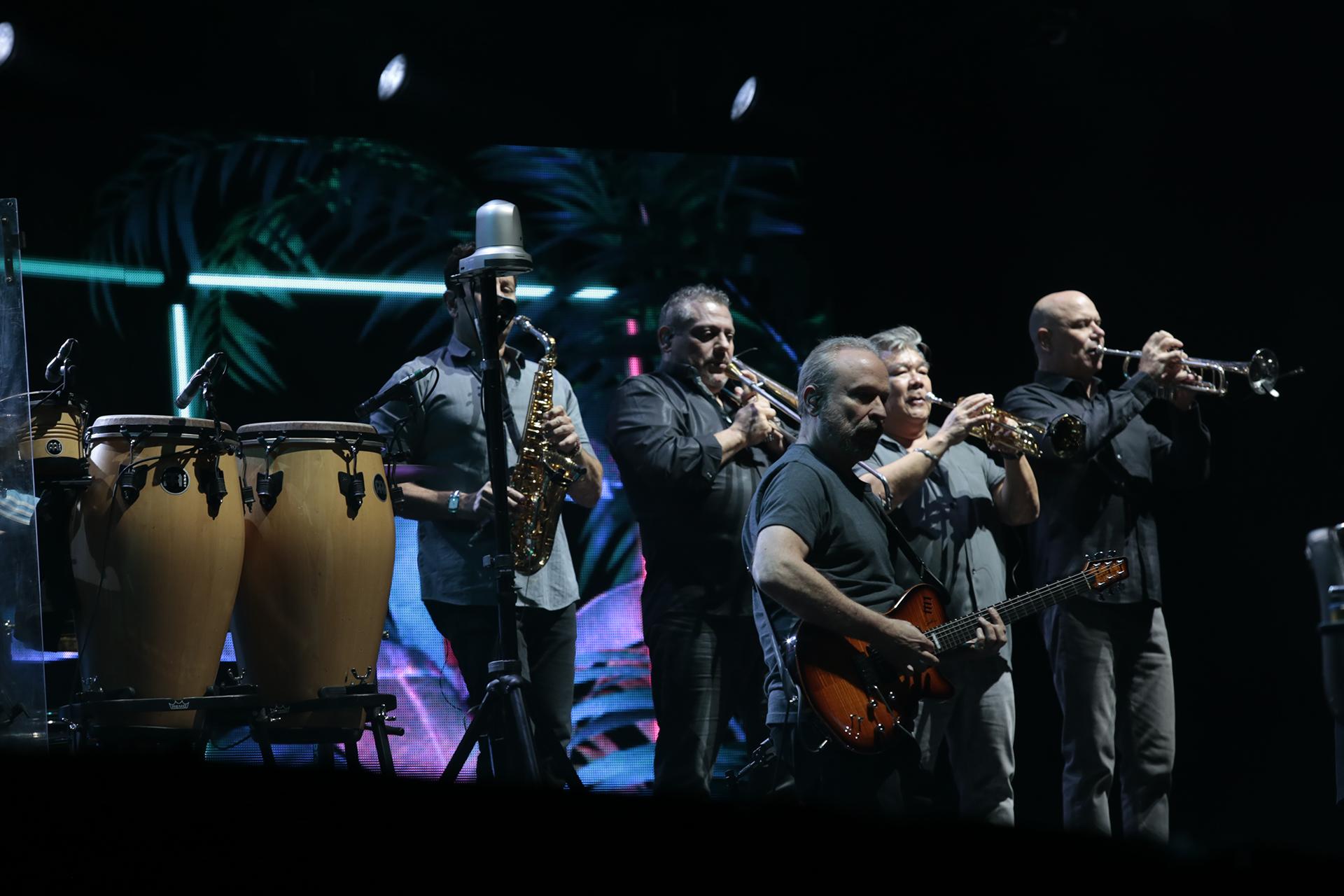 El artista de 67 años estuvo acompañado por 13 músicos, incluido su hijo Nicholas