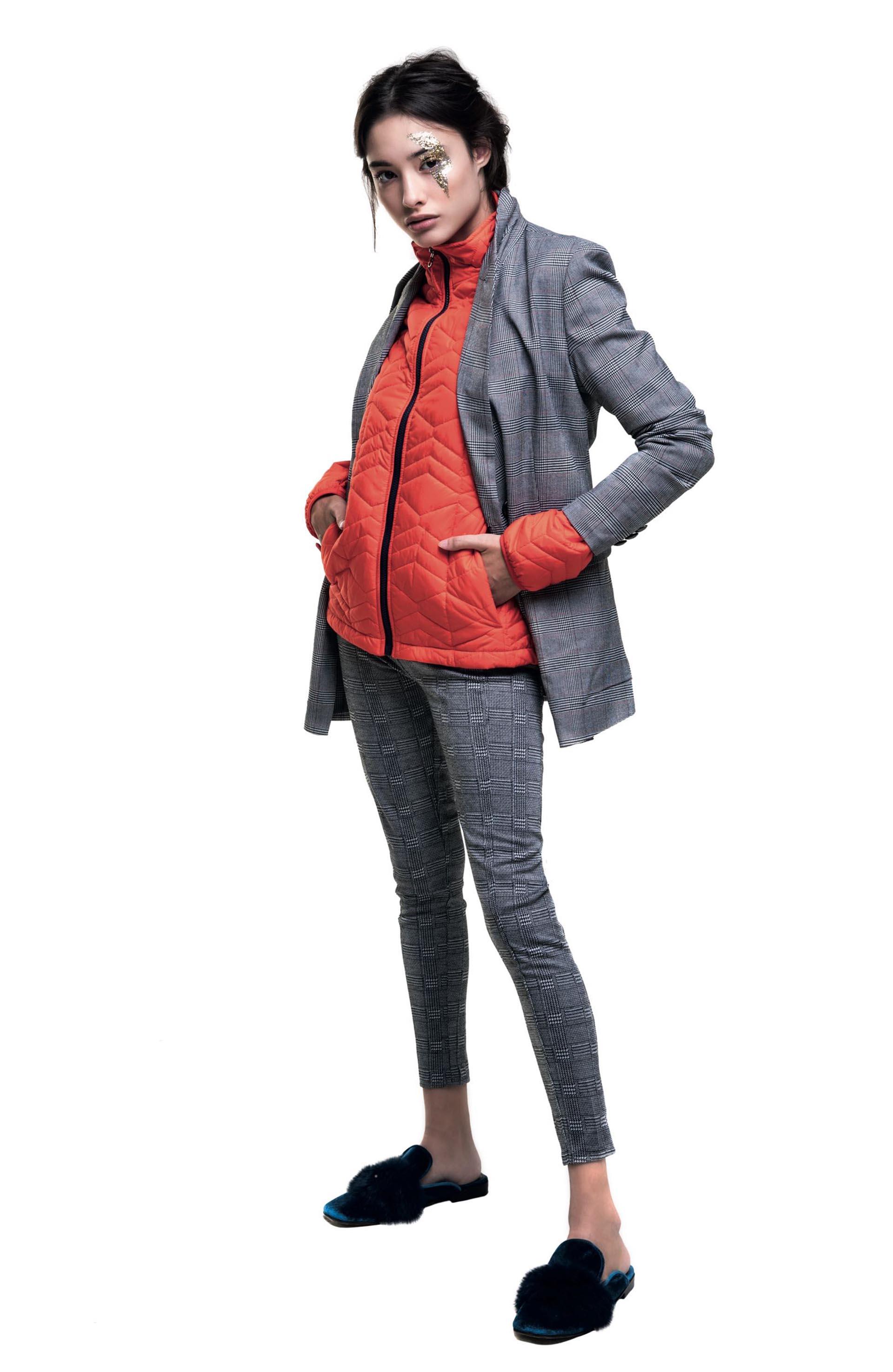 Blazer y leggings ($ 1.990 y $ 799, Basement), campera inflada ($ 4.300, The North Face) y mules de terciopelo con pompón ($ 4.900, Vitamina).