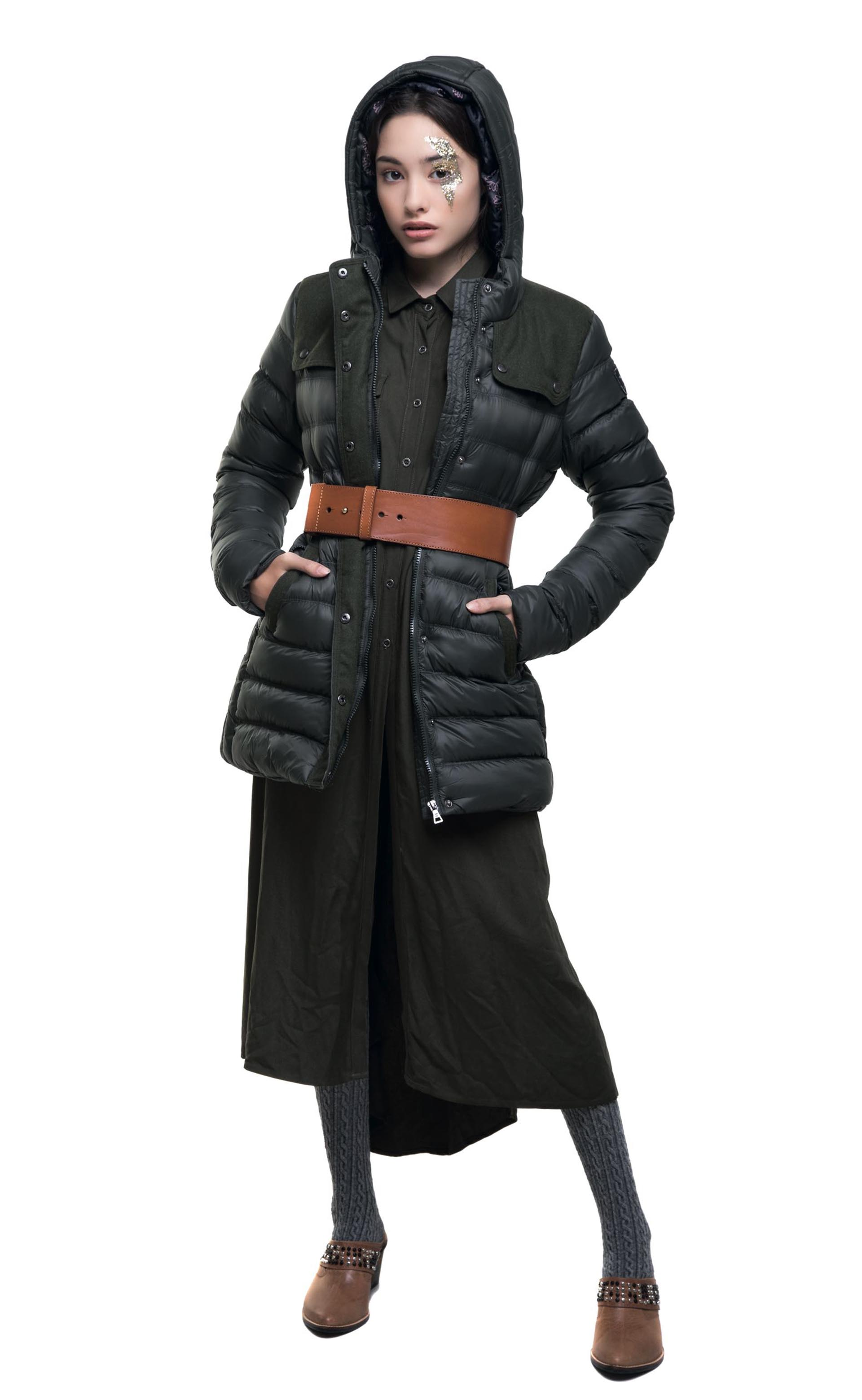 Campera inflada ($ 4.004, Scombro), maxicamisa ($ 2.690, Wanama), cinturón ancho ($ 1.600, Vitamina), medias ¾ de lana (Medias Mora) y zuecos de cuero ($ 5.675, The Bag Belt)