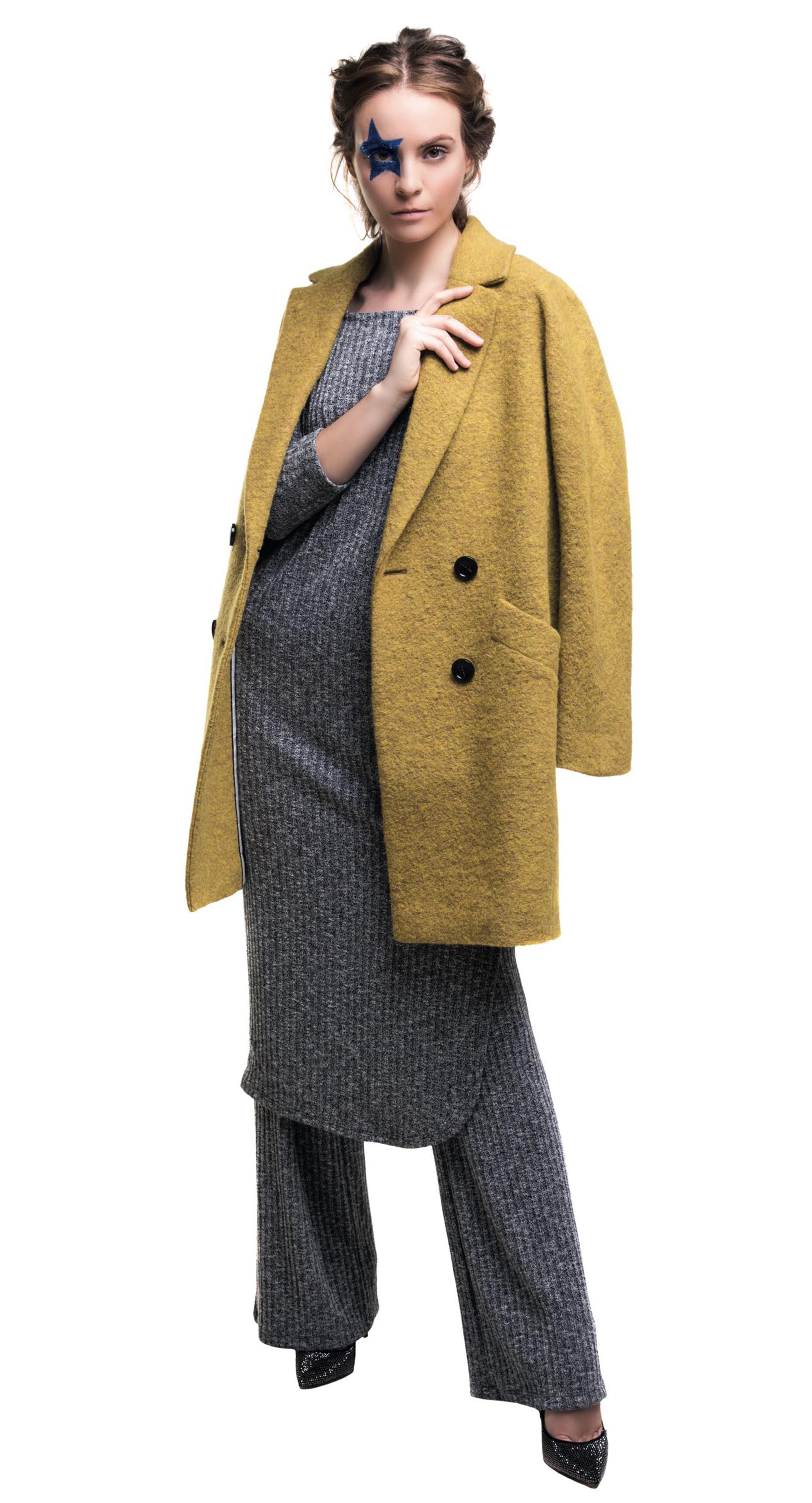 Tapado de bouclé ($ 9.800, Carmela Achaval), vestido largo tejido y pantalón ancho tejido ($ 998 y $ 920, Peuque) y stilettos con glitter ($ 2.600, Aldo para Grimoldi).