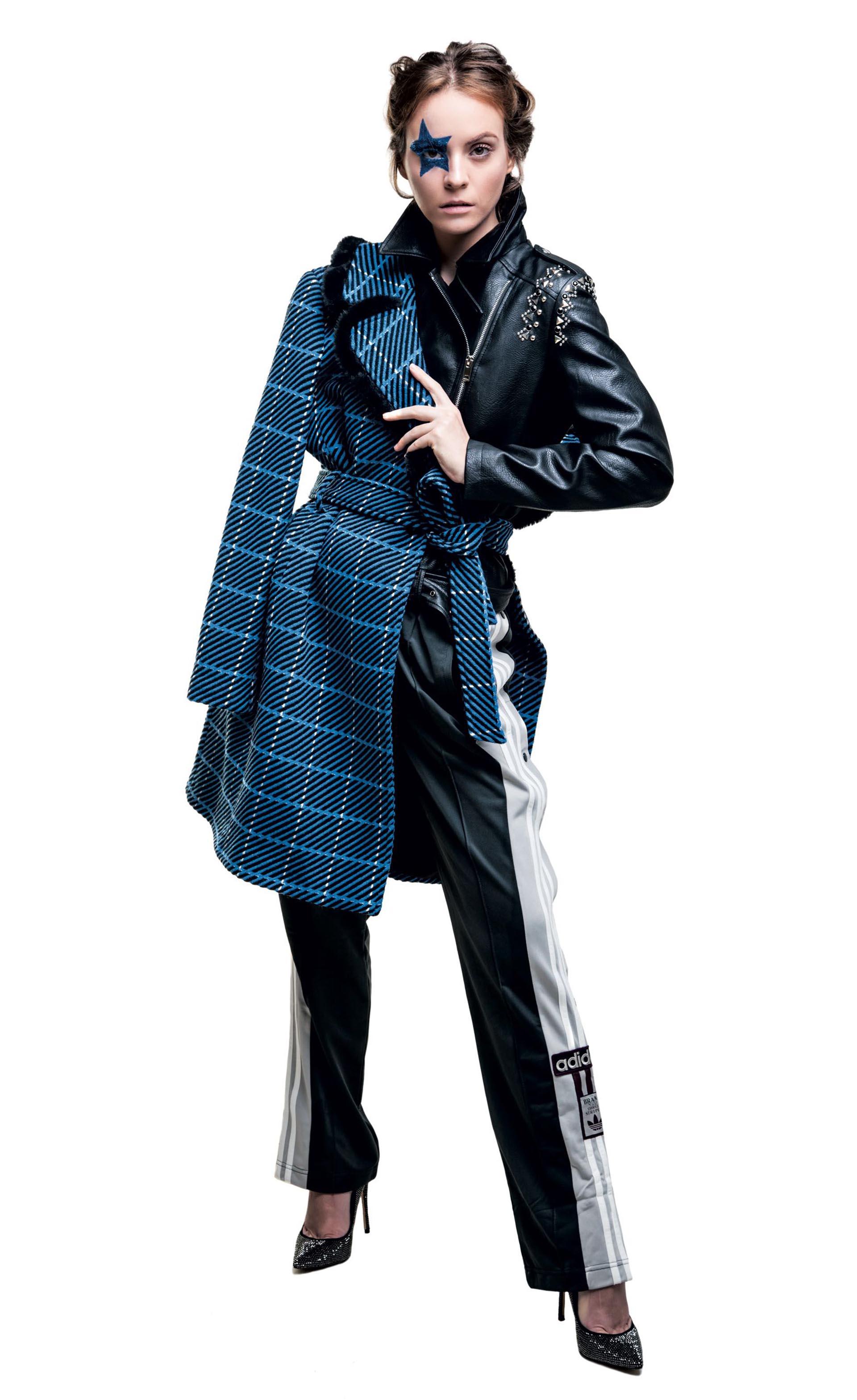 Montgomery con capucha desmontable (Perramus), campera inflada camuflada ($ 3.750, Ossira), babuchas de algodón ($ 1.699, adidas) y botas de gamuza con boca de pez ($ 1.900, Aldo para Grimoldi).