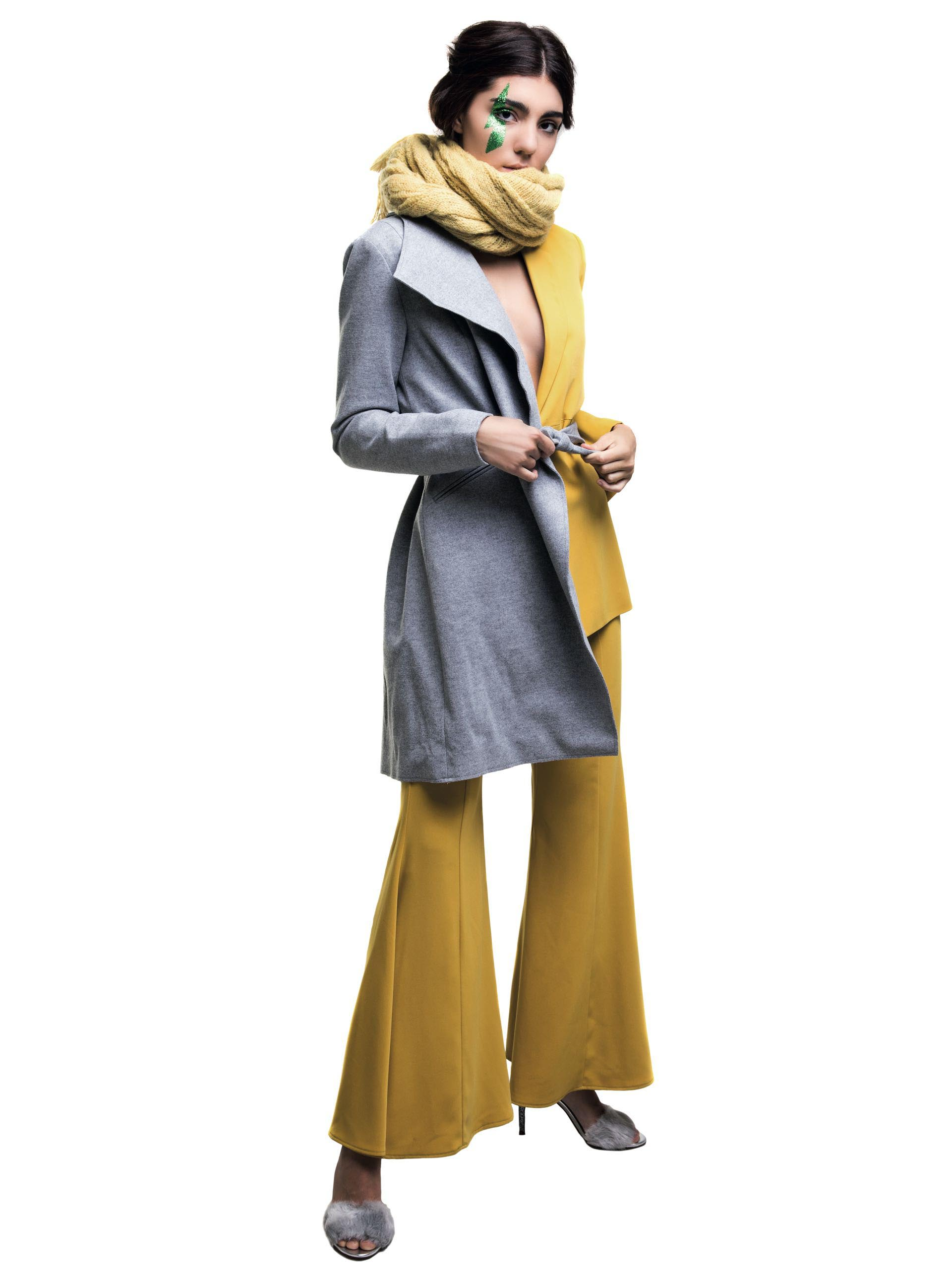 Tapado con lazo ($ 2.990, Basement), blazer y pantalón ancho ($ 4.850 y $ 3.950, Naíma), sandalias con tira de pelo ($ 1.500, Aldo para Grimoldi) y bufanda (La Cofradía).