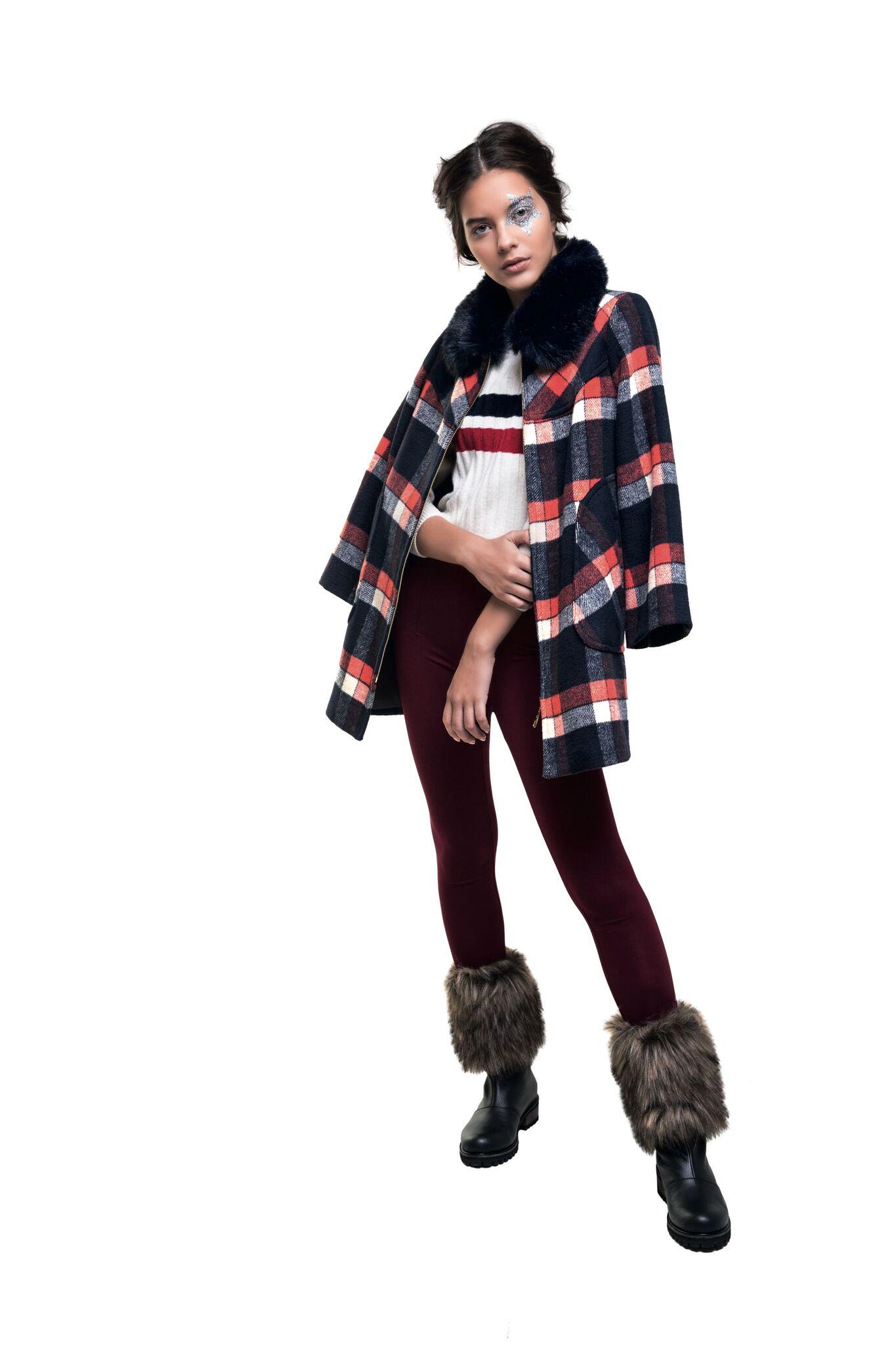 Saco a cuadros con cuello de piel desmontable ($ 9.250, Rafael Garófalo), suéter corto ($ 2.690,  Levi´s), leggings ($ 899, Yagmour) y botas con pelo ($ 6.050, Lomm).
