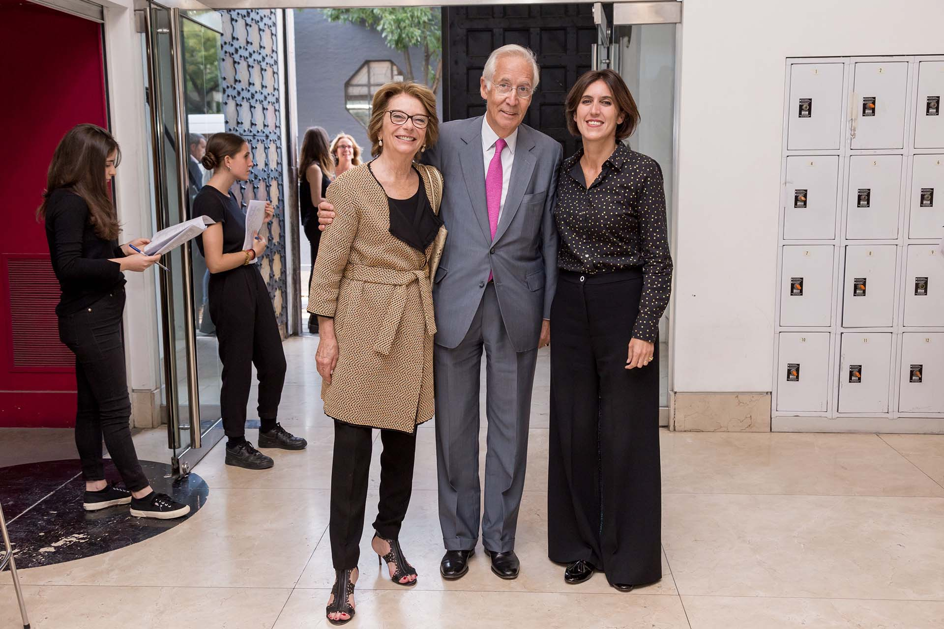 Canela y Andrés von Buch, empresarios y coleccionistas de arte, junto a Victoria Noorthoorn, directora del Mamba