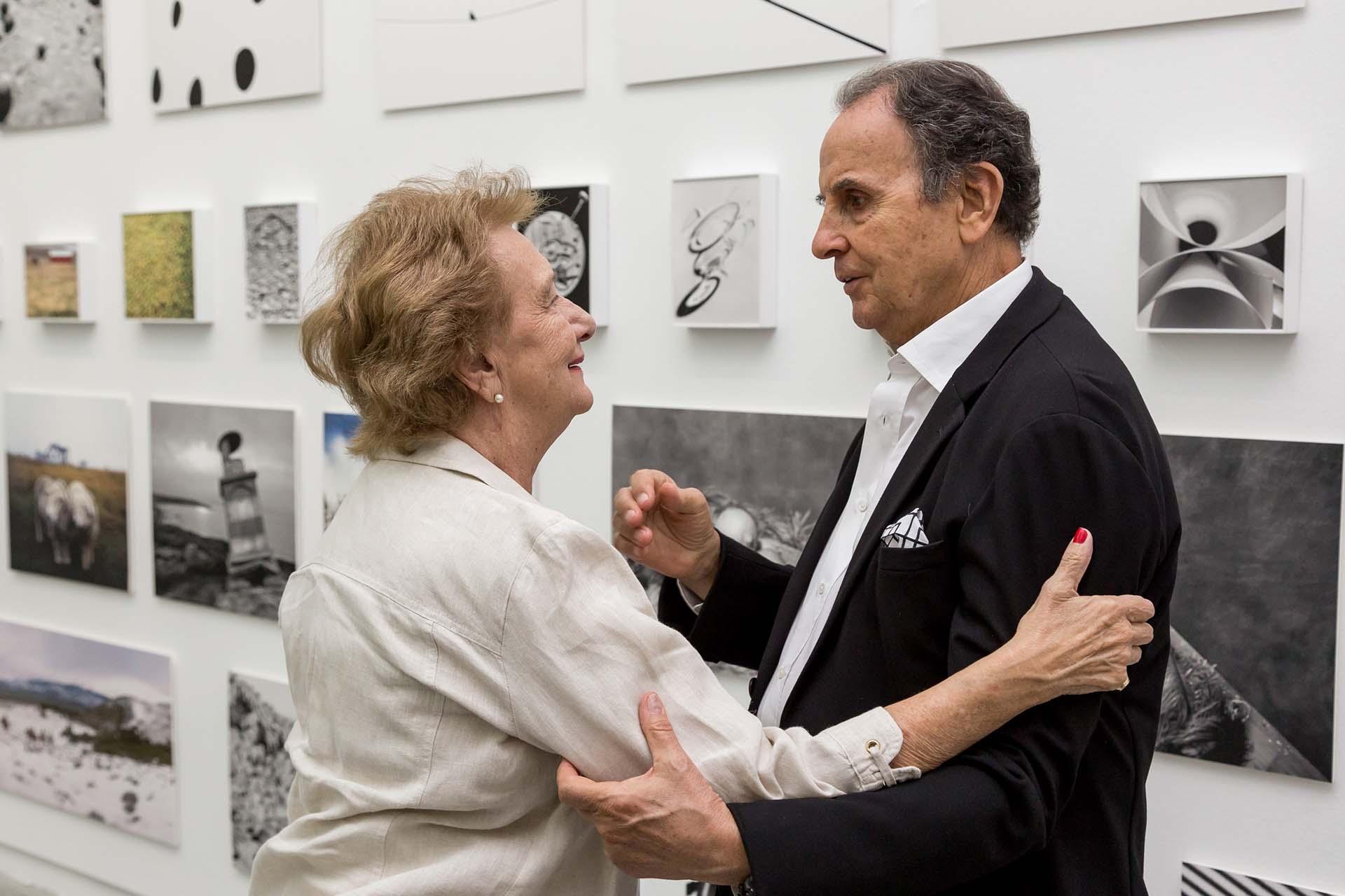 Laura Feinsilber, crítica y comunicadora de Arte, saludando a Aldo Sessa