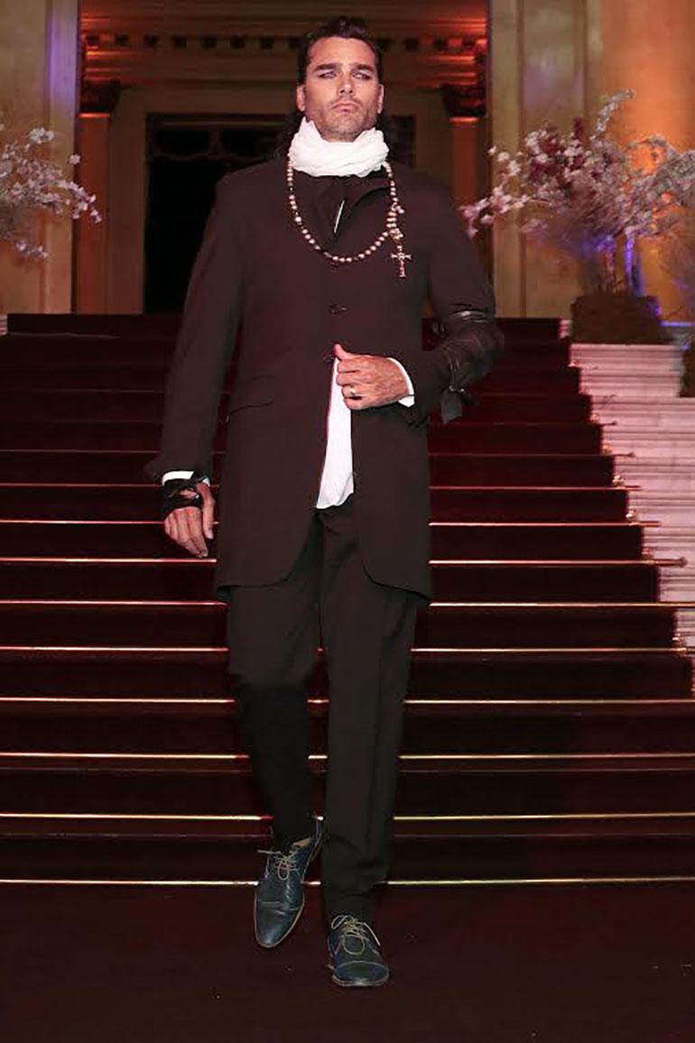 Hernán Drago lució un elegante traje con estilo y soltura.