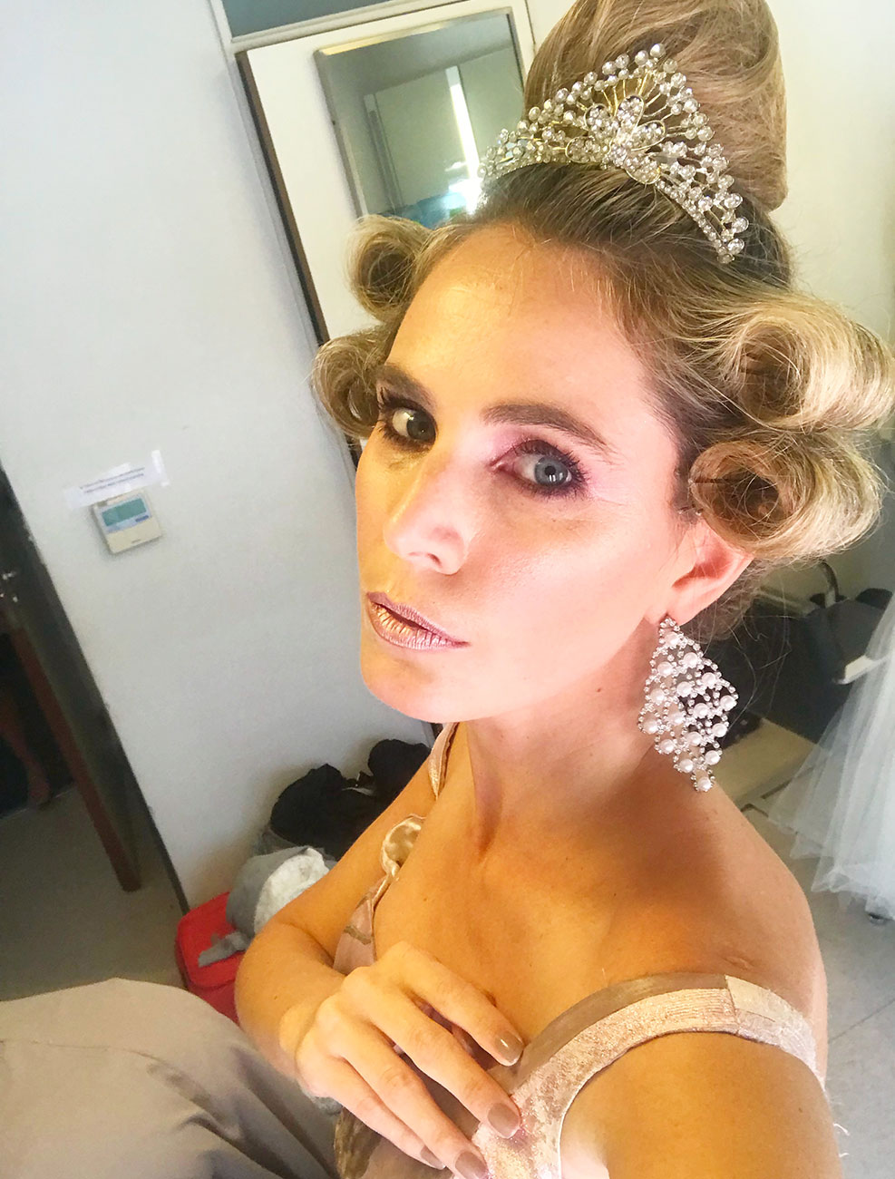 Detrás de escena con total look de época representado por Rocío Vivas.
