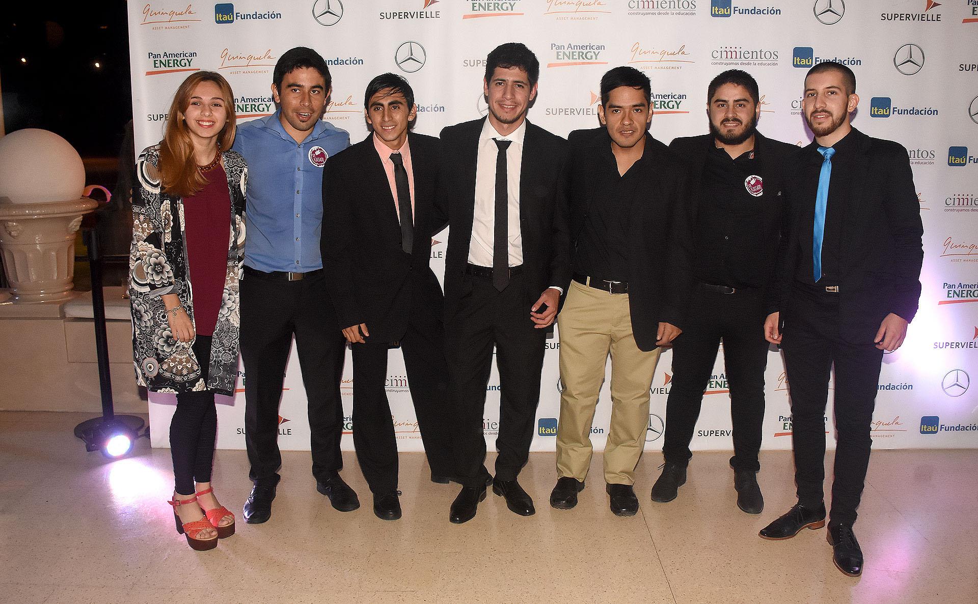 Grupo de jóvenes becados por el programa educativo implementado por la organización Cimientos