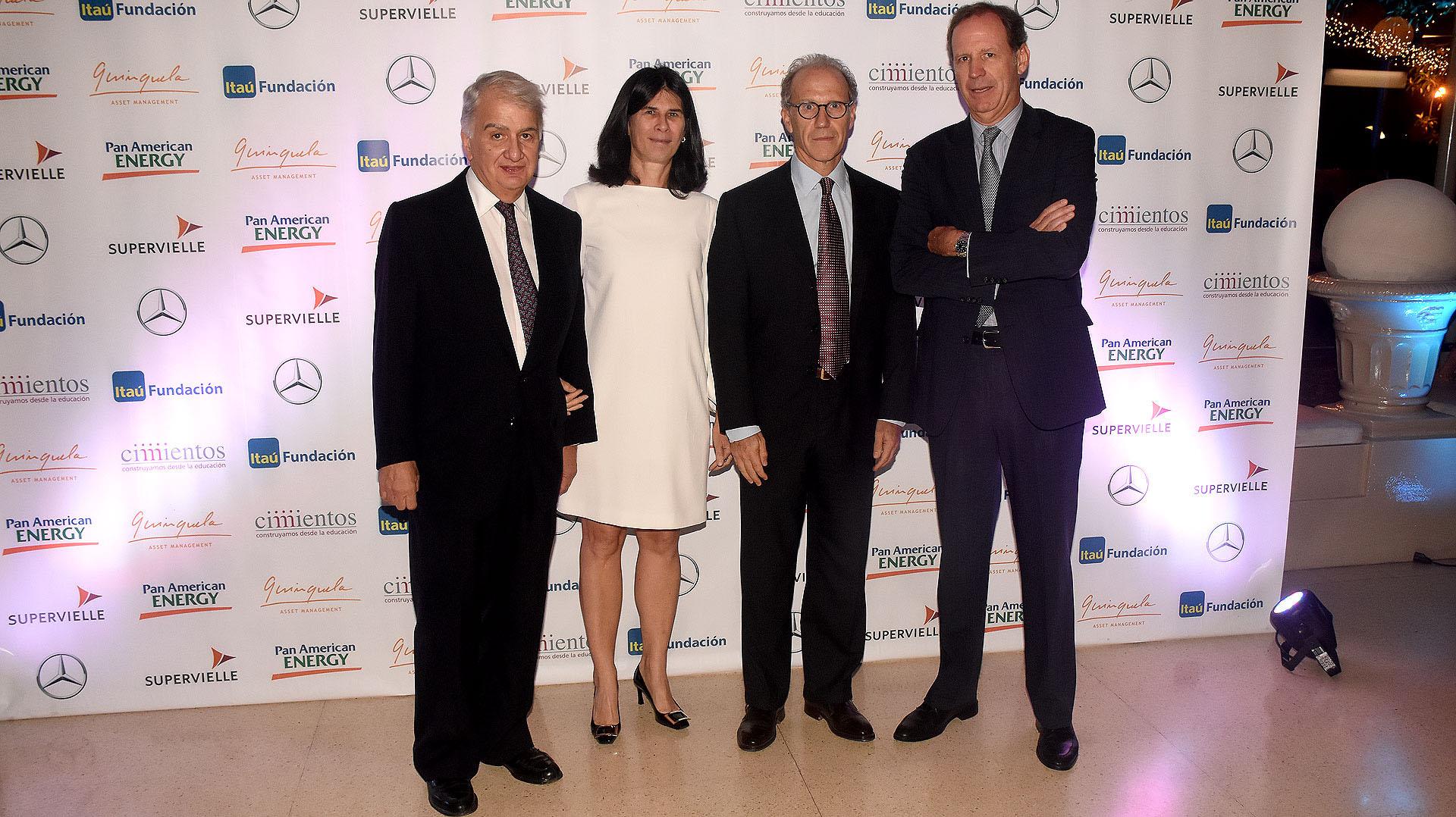 Eduardo Franck, junto a Agustina Cavanagh miembro del consejo de Cimientos, junto a su marido Carlos Rosenkrantz, juez de la Corte Suprema de la Justicia de la Nación y Miguel Blaquier