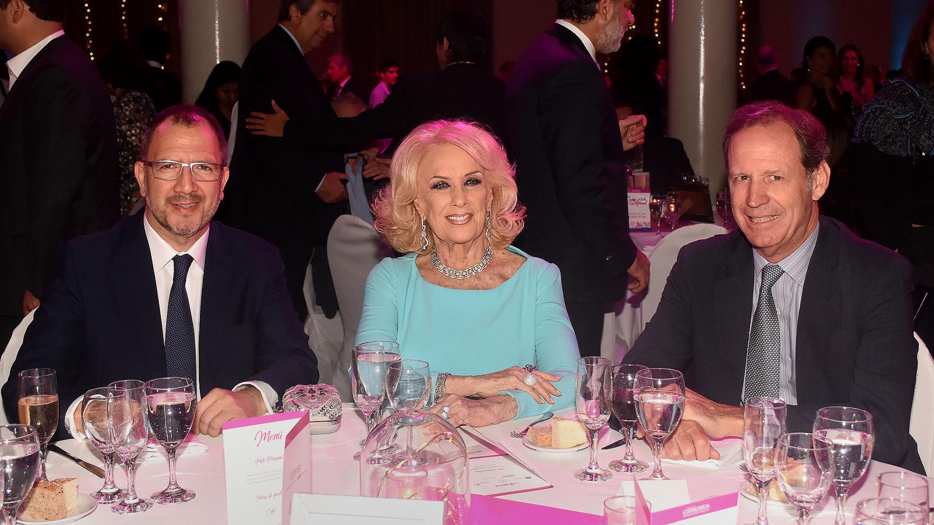 El secretario general de la Gobernación bonaerense, Fabián Perechodnik junto a Mirtha Legrand y el presidente de Cimientos, Miguel Blaquier