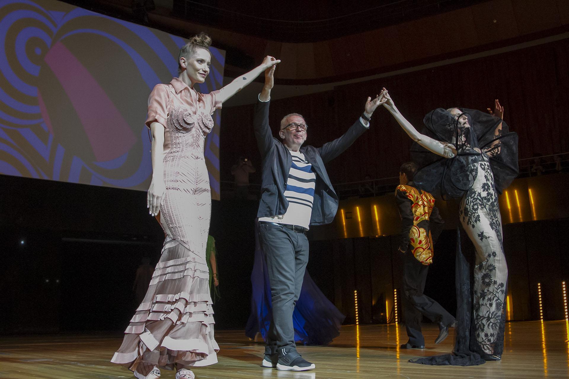 El prestigioso diseñador francés Jean Paul Gaultier, en una nueva visita a Buenos Aires, realizó un show de alta costura en el Centro Cultural Kirchner, con sus modelos más recientes inspirados en la cultura de los años sesenta