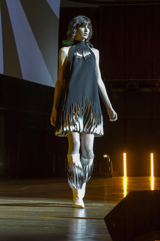 El styling completo fue by Jean Paul Gaultier, accesorios para el pelo, rostro, pulseras y calzado