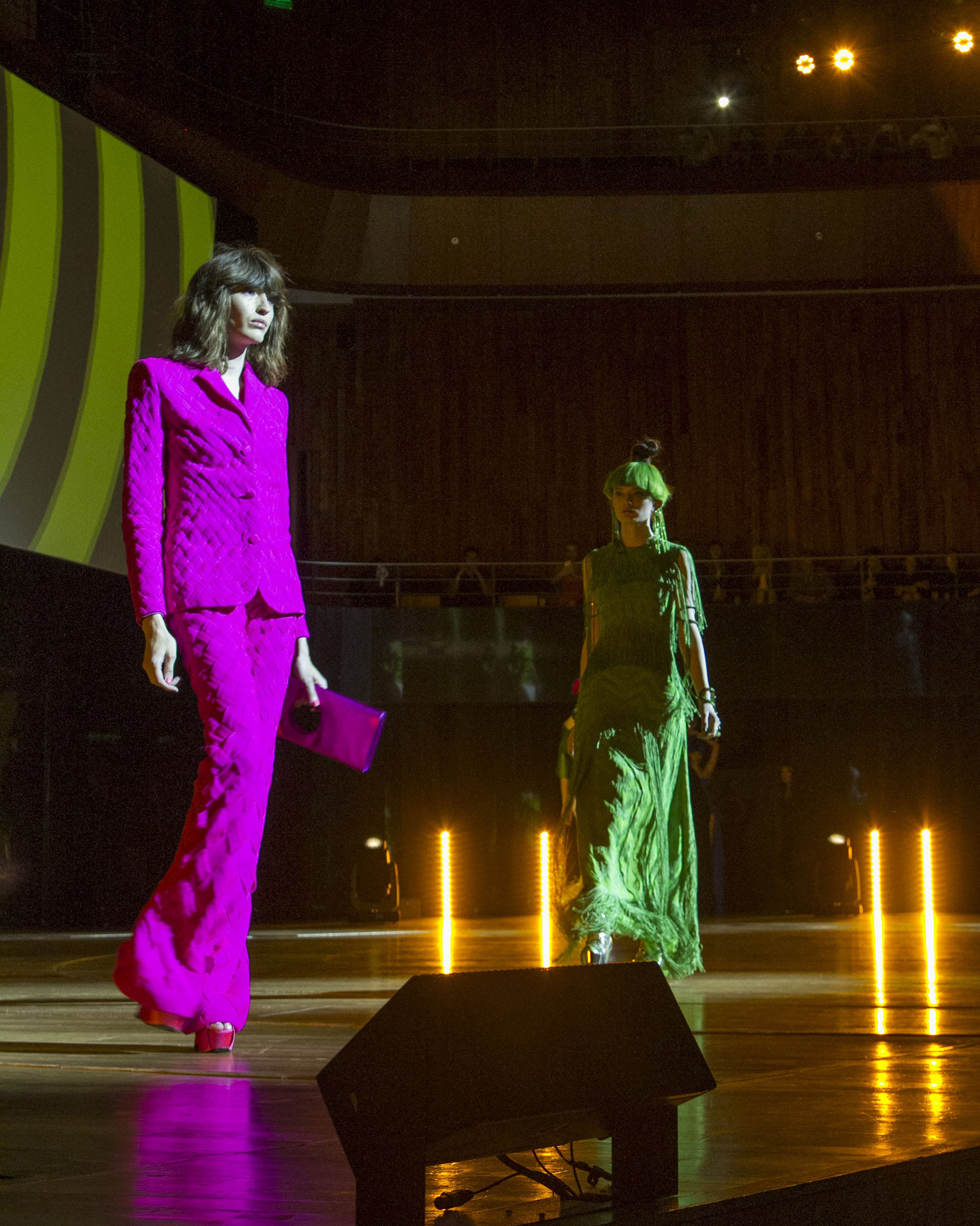 Los colores estridentes nunca faltan en las pasarelas de Gaultier. El diseñador presentó diseños en fucsia, verde, rojo, blanco y negro