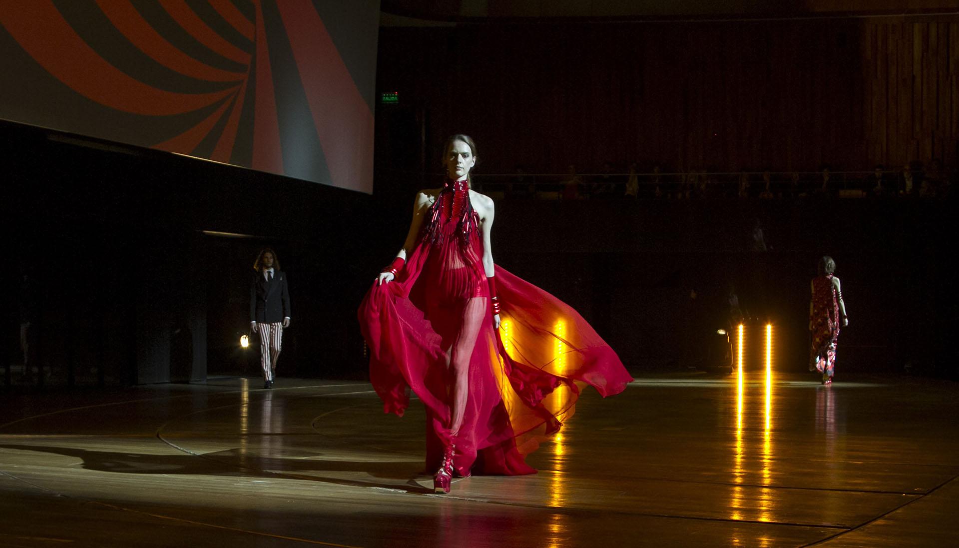 Colores intensos, texturas diversas y modelos clásicos abundan en los nuevos modelos presentados en el CCK por Jean Paul Gaultier