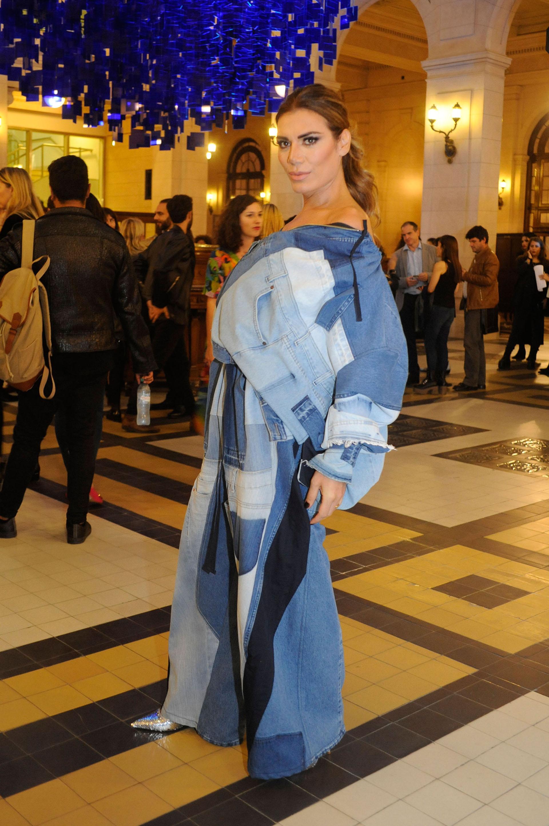 Florencia de la V asistió al show de alta costura en el CCK con un total look denim by JT