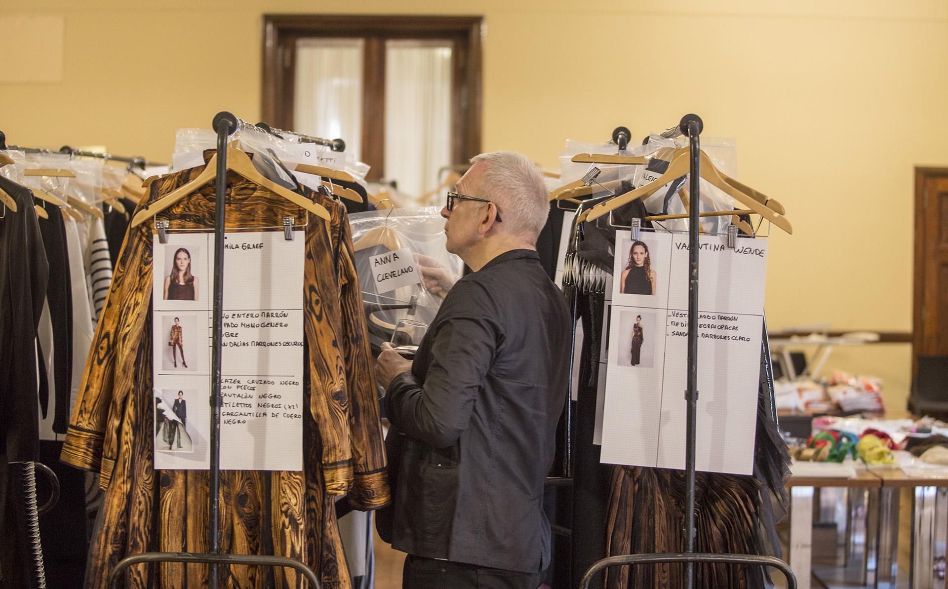 Gaultier en su universo. Ordenando los percheros con las pasadas de cada uno de sus diseños con las modelos seleccionadas para desfilar en el CCK
