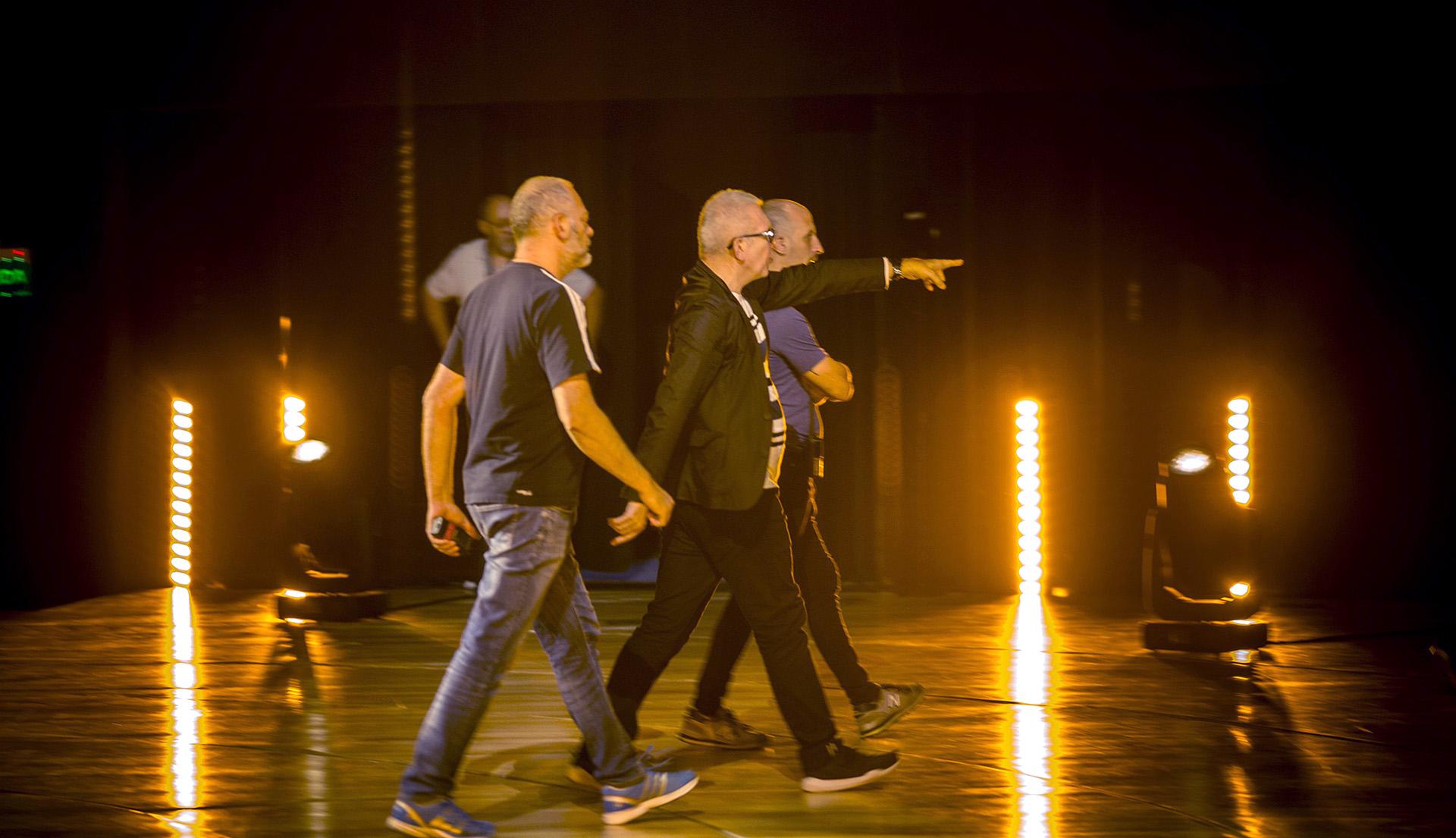 Últimos detalles antes del gran show. Jean Paul junto a su equipo recorre la Sala Sinfónica, el escenario elegido para presentar la colección