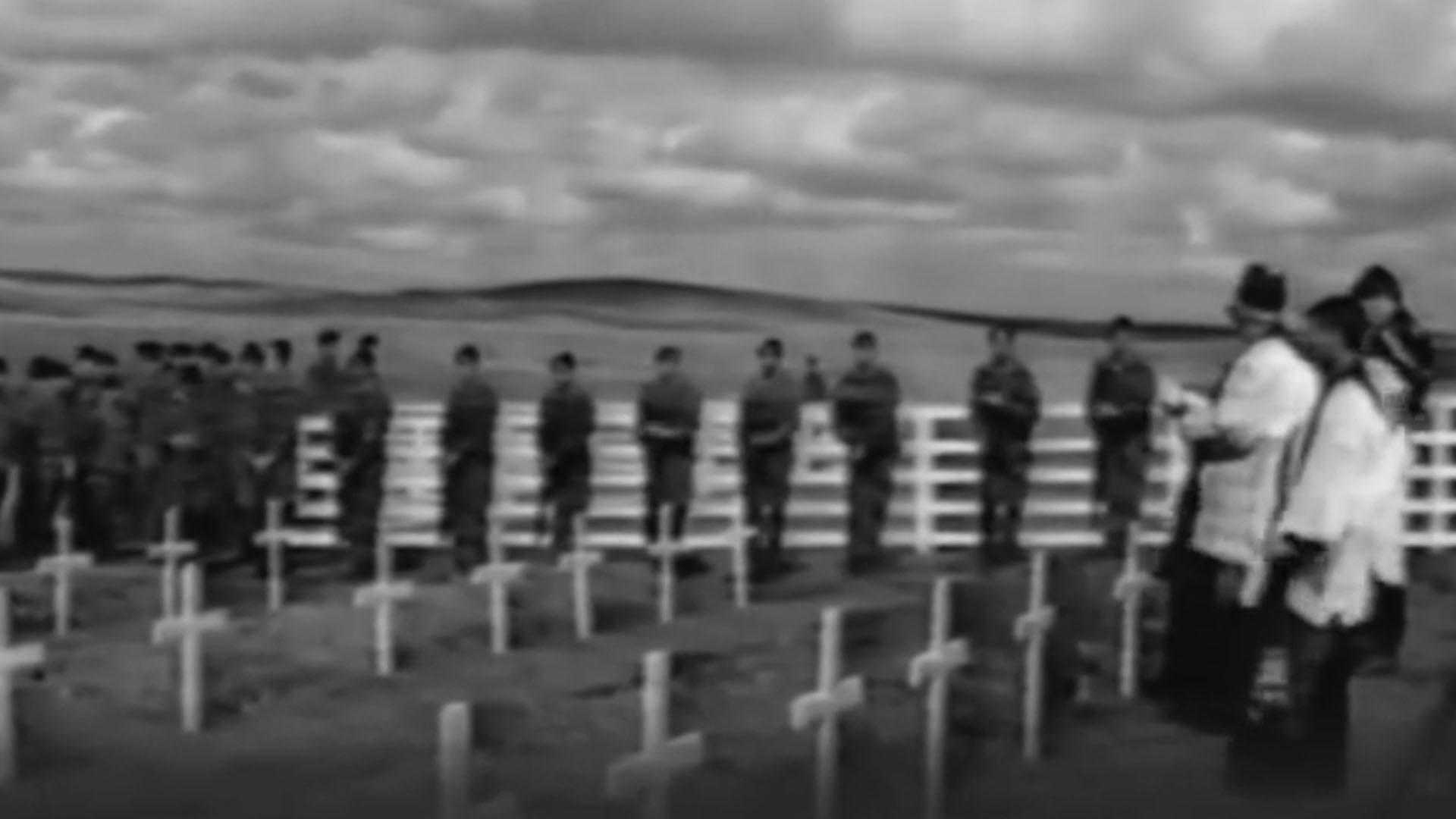 La ceremonia con honores que los británicos hicieron en Darwin al enterrar a los soldados argentinos