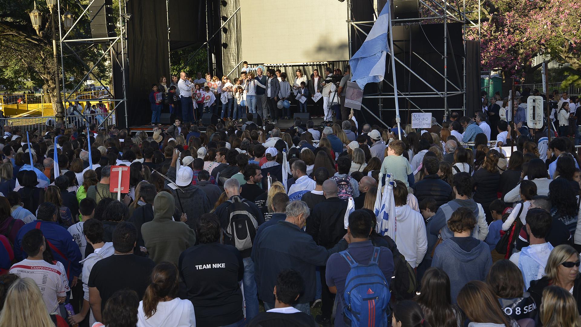 El acto central fue en un escenario frente a la Facultad de Derecho